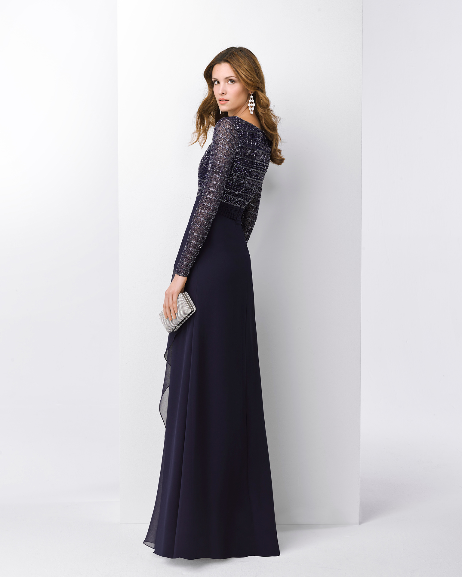 Chiffon cocktail dress with beaded bodice, bateau neckline and long sleeves. Available in silver and navy blue. 2018 FIESTA AIRE BARCELONA Collection.