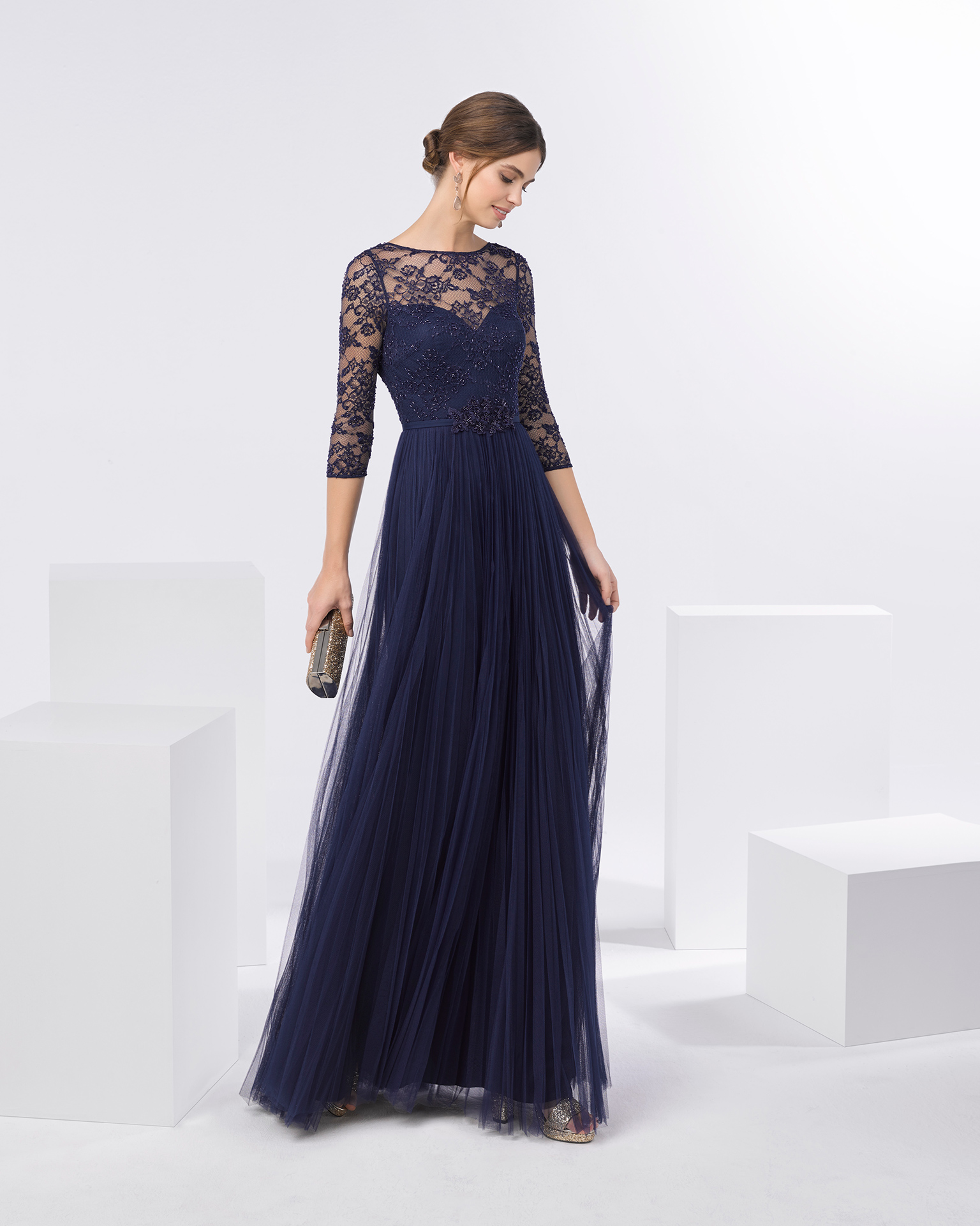 Tulle cocktail dress with beaded lace bodice, bateau neckline and three-quarter sleeves. Available in navy blue, pink and smoke. 2018 FIESTA AIRE BARCELONA Collection.