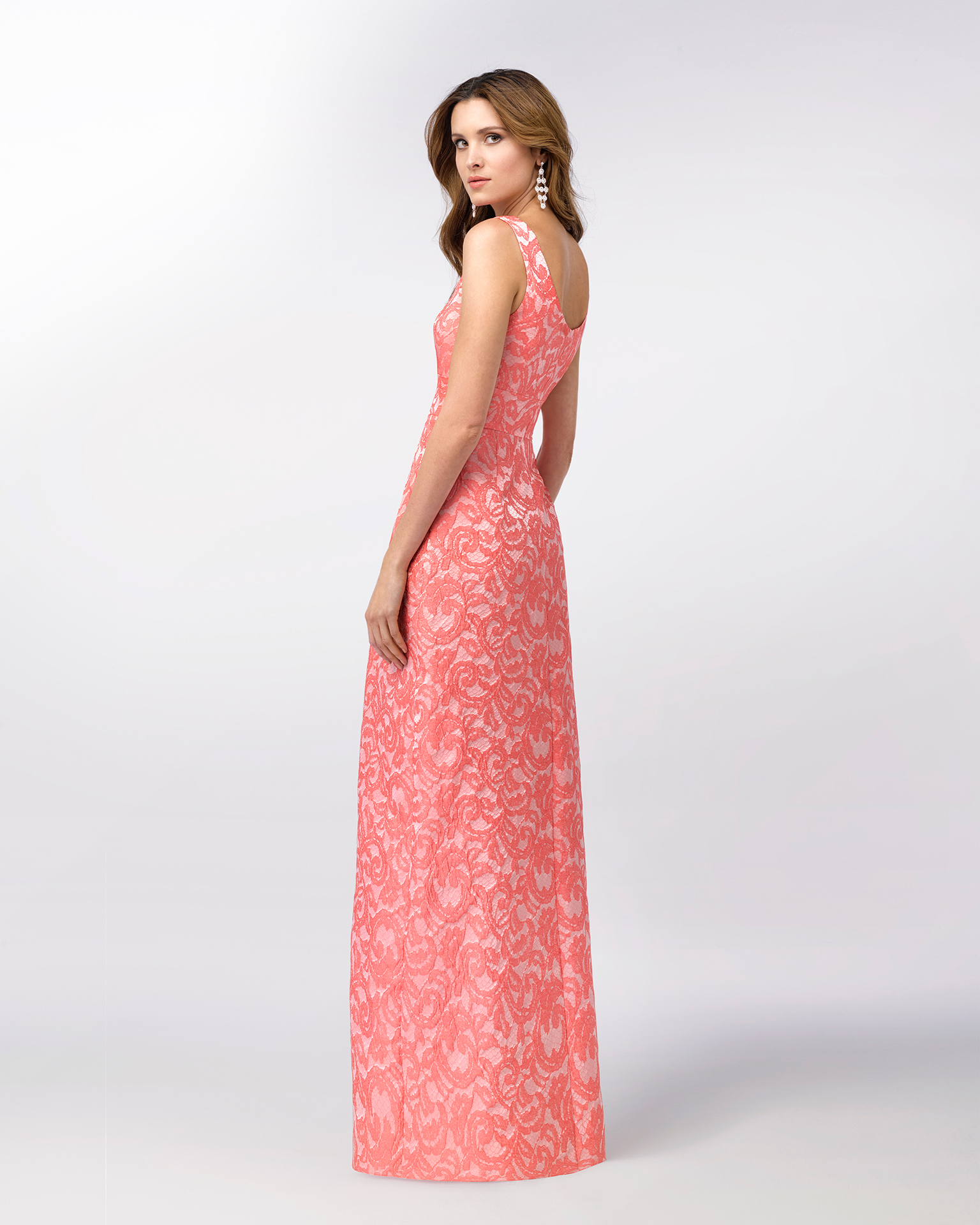 Long sleeveless brocade cocktail dress with structured full skirt. Available in pink and blue. 2018 FIESTA AIRE BARCELONA Collection.