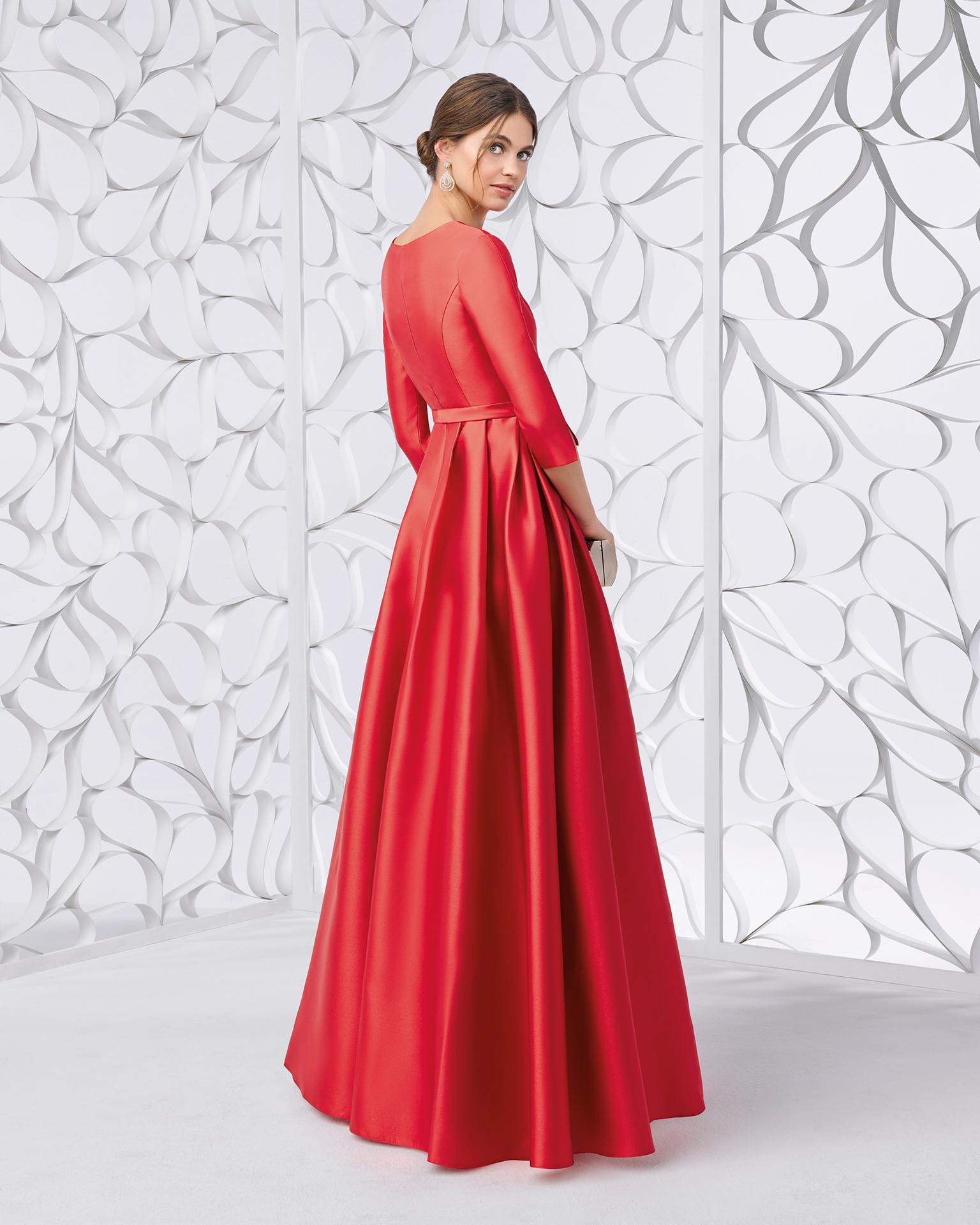 Vestido de fiesta mikado y pedrería, en color cobalto, plata, coral y rojo. Colección FIESTA AIRE BARCELONA 2018.