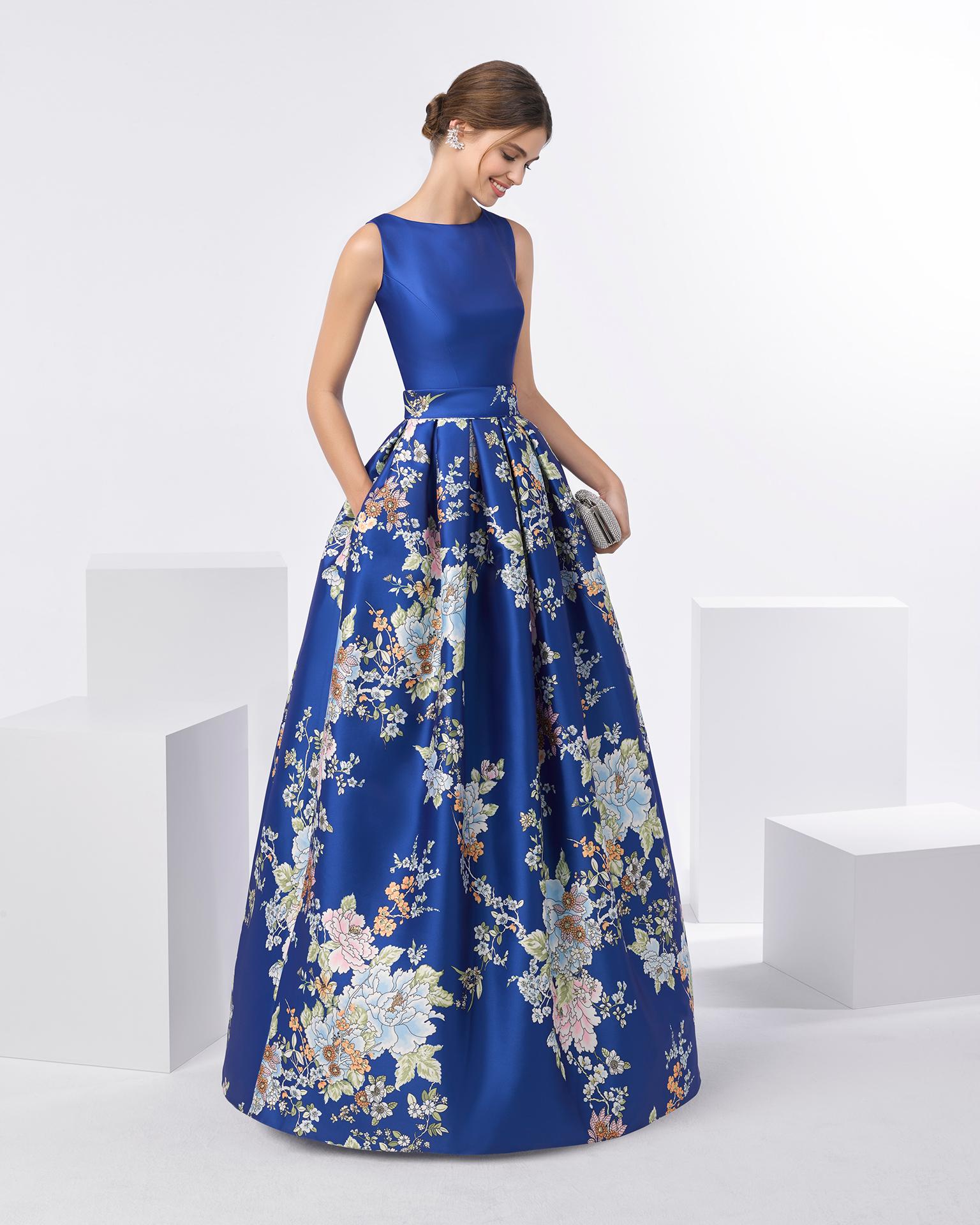 7034b455a Vestido de fiesta mikado estampado con escote barco. Disponible en color  cobalto y azul.