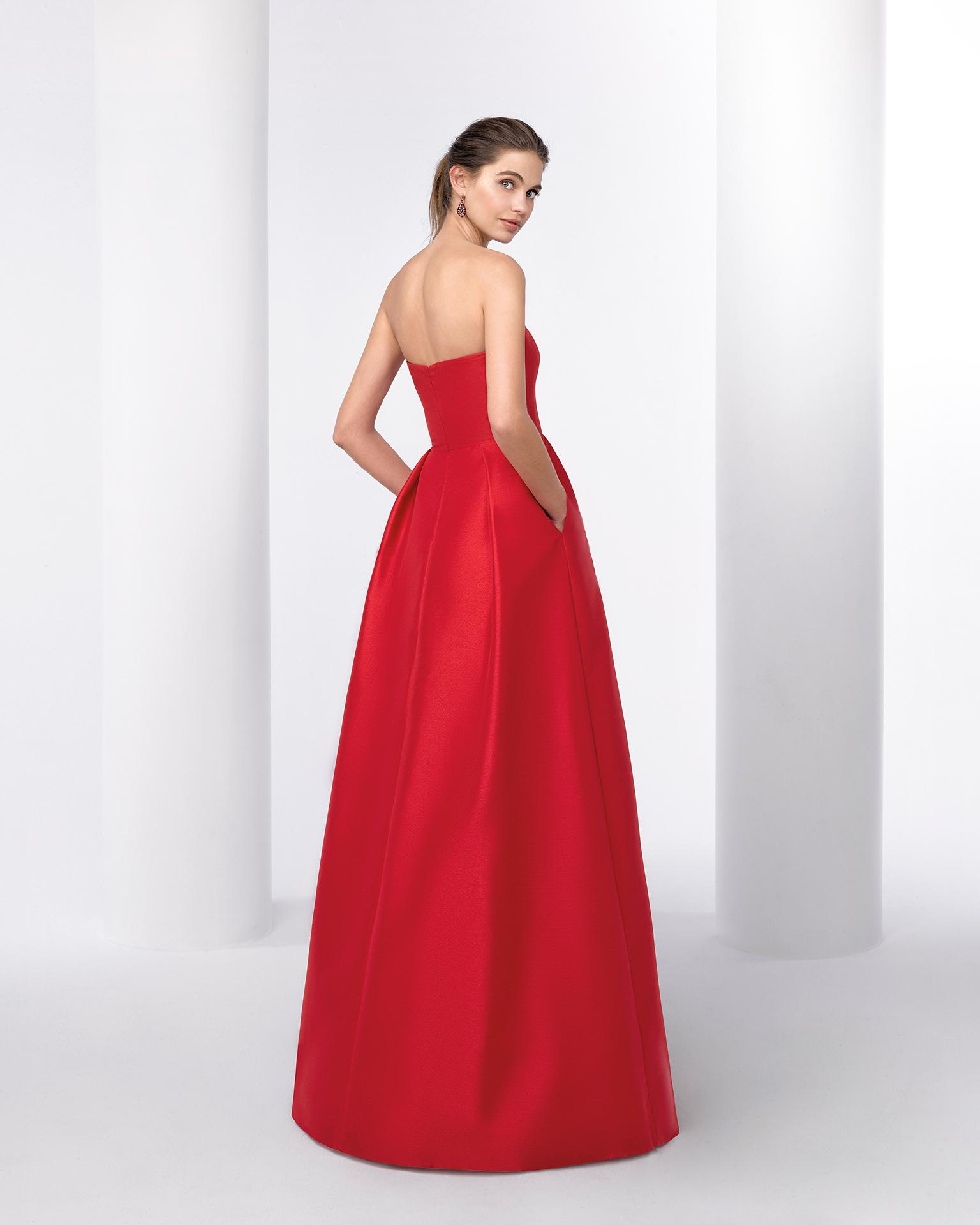 Rochie de cocktail lungă din faille, cu decolteu fără bretele. Disponibilă în culorile roșu și cobalt. Colecția FIESTA AIRE BARCELONA 2018.