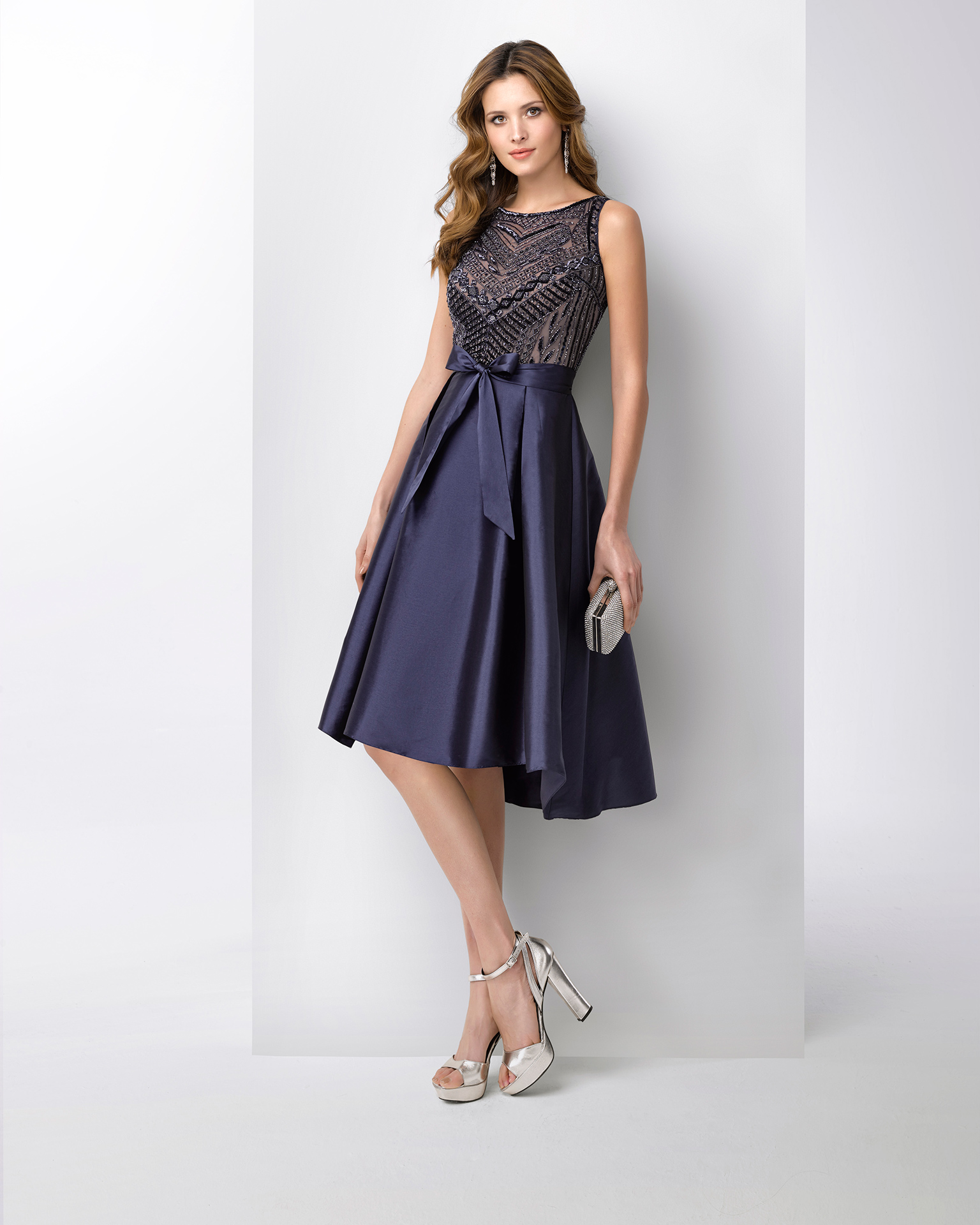 Short taffeta cocktail dress with beaded bodice. Available in navy blue and silver. 2018 FIESTA AIRE BARCELONA Collection.