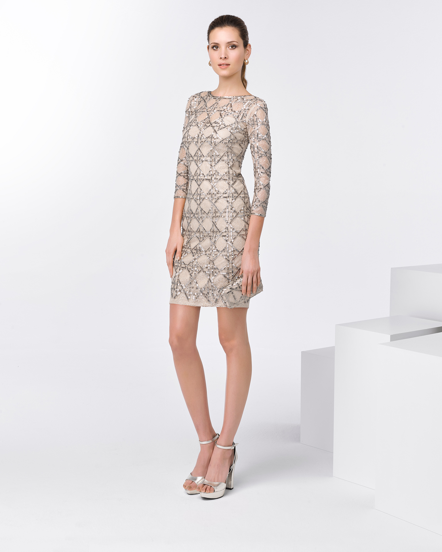 Short beaded cocktail dress with three-quarter sleeves. Available in beige. 2018 FIESTA AIRE BARCELONA Collection.