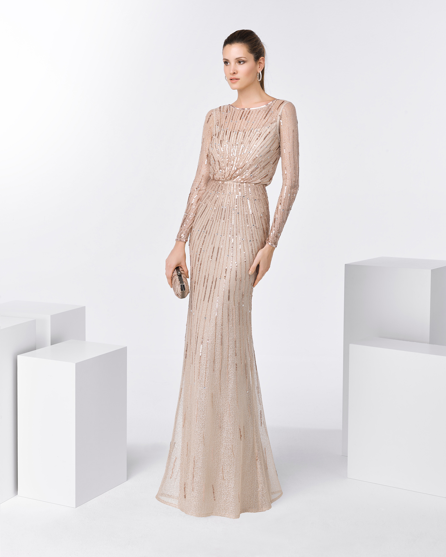 Long beaded cocktail dress with long sleeves and V-back. Available in pink and beige. 2018 FIESTA AIRE BARCELONA Collection.