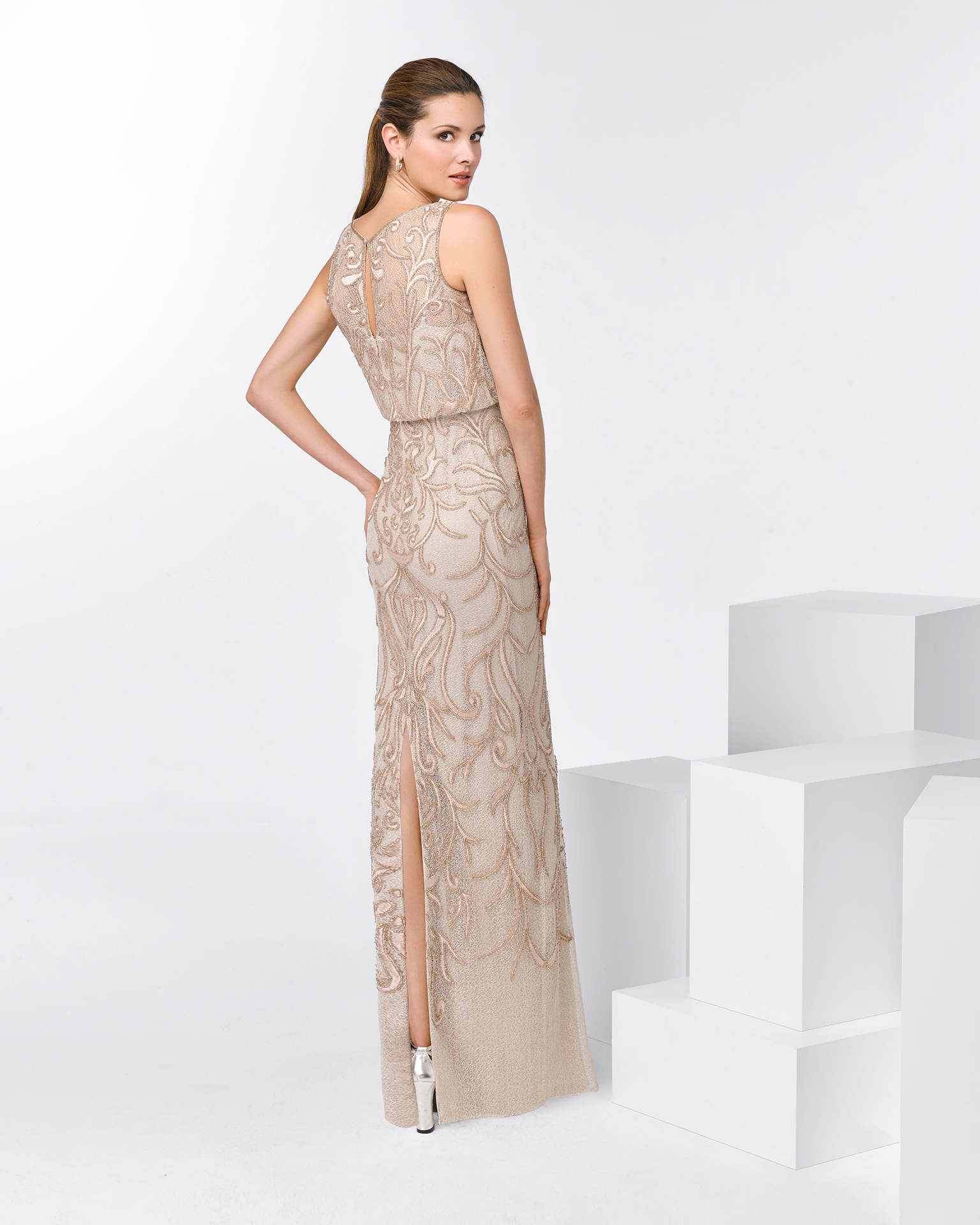 Long sleeveless beaded cocktail dress. Available in pink and beige. 2018 FIESTA AIRE BARCELONA Collection.