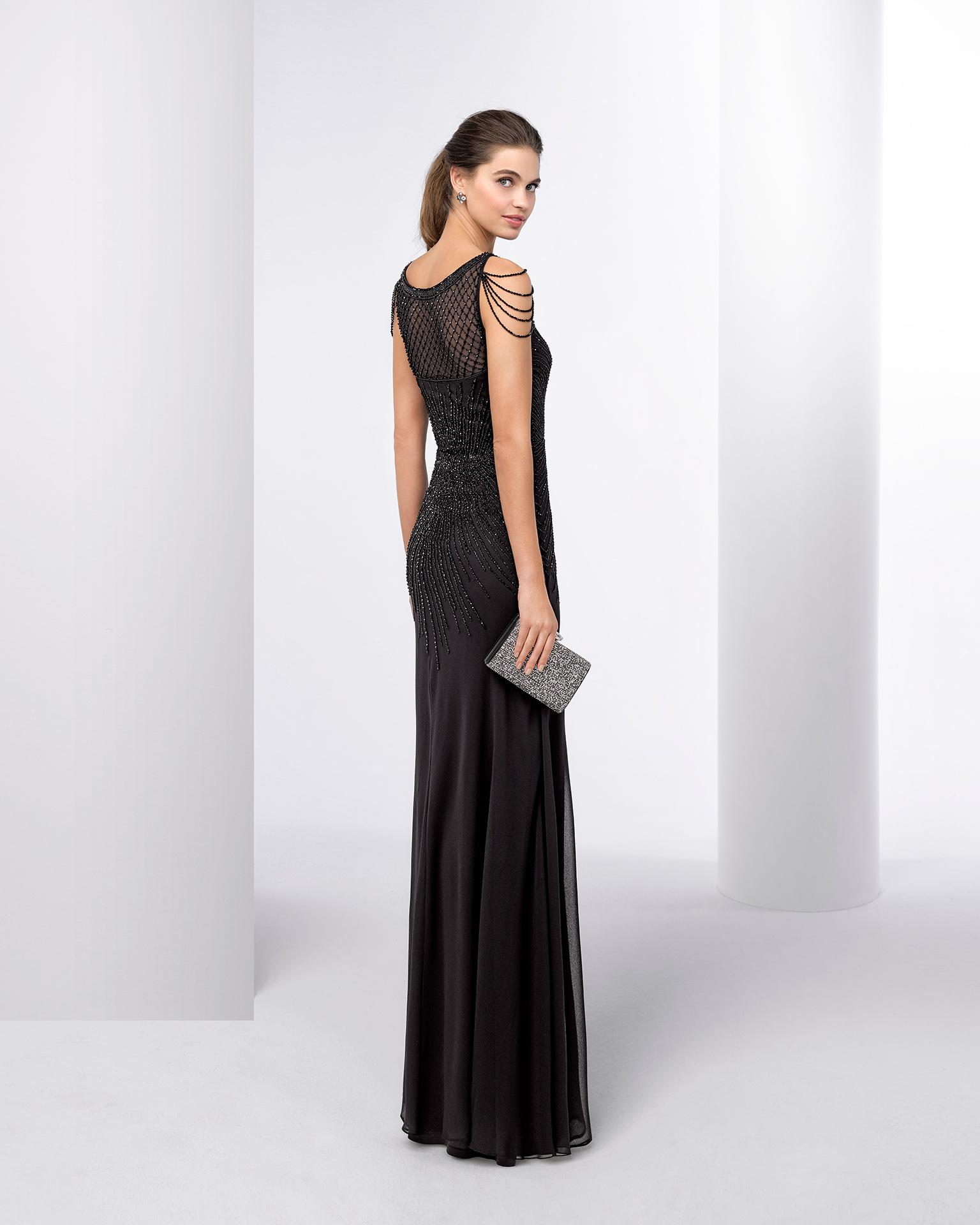 Vestido de cerimónia comprido com brilhantes. Disponível em prateado, preto e azul-marinho. Coleção FIESTA AIRE BARCELONA 2018.