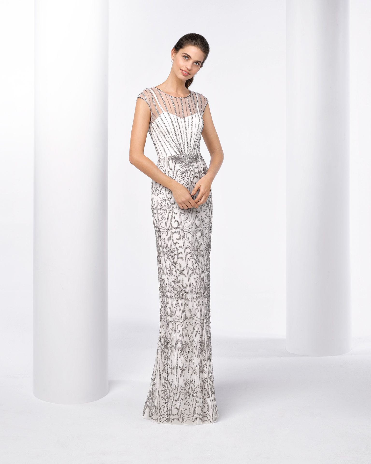 Long beaded cocktail dress. Available in silver/ivory. 2018 FIESTA AIRE BARCELONA Collection.