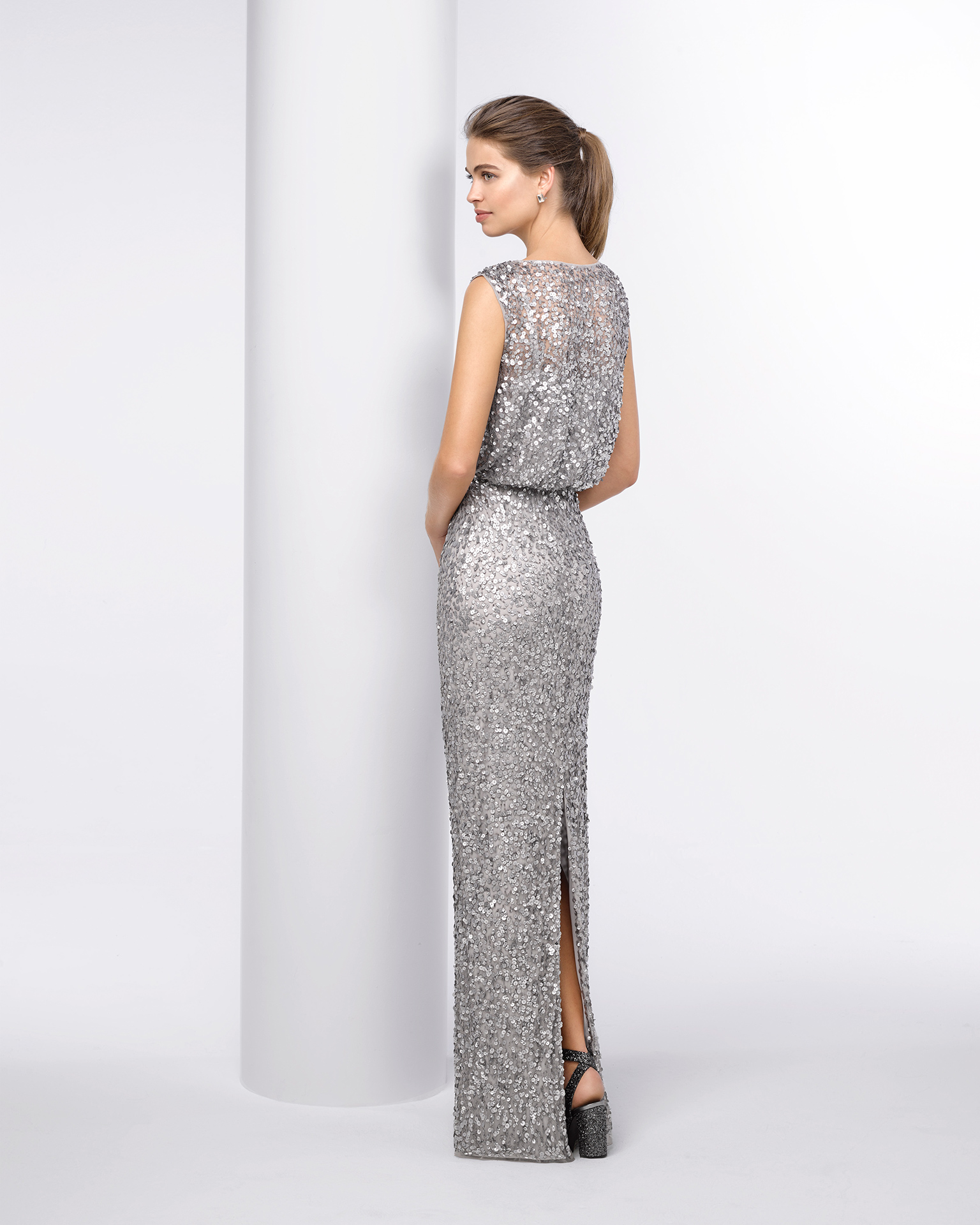 Long beaded cocktail dress. Available in silver and navy blue. 2018 FIESTA AIRE BARCELONA Collection.