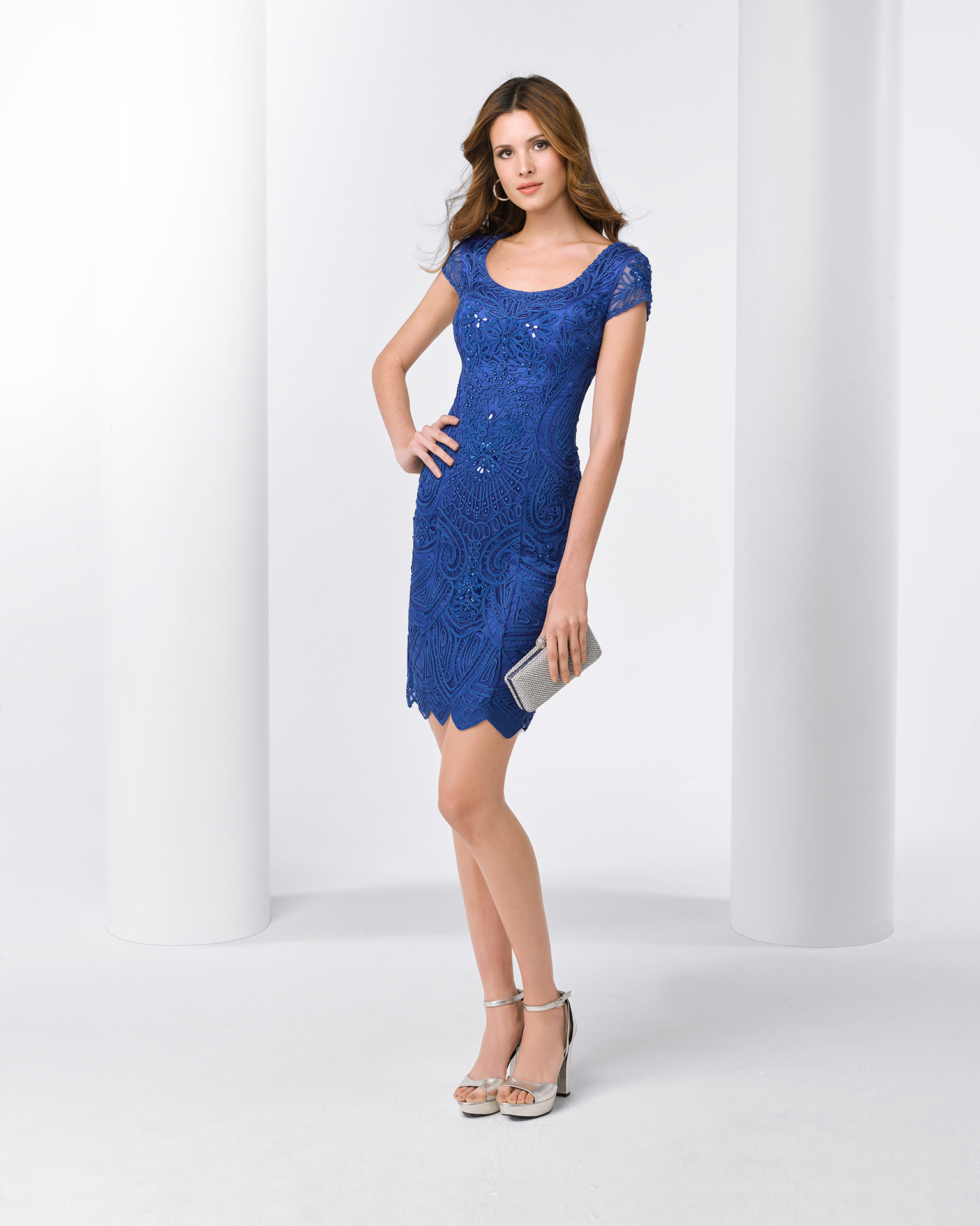 Short beaded lace cocktail dress with shawl and round neckline. Available in cobalt and silver. 2018 FIESTA AIRE BARCELONA Collection.