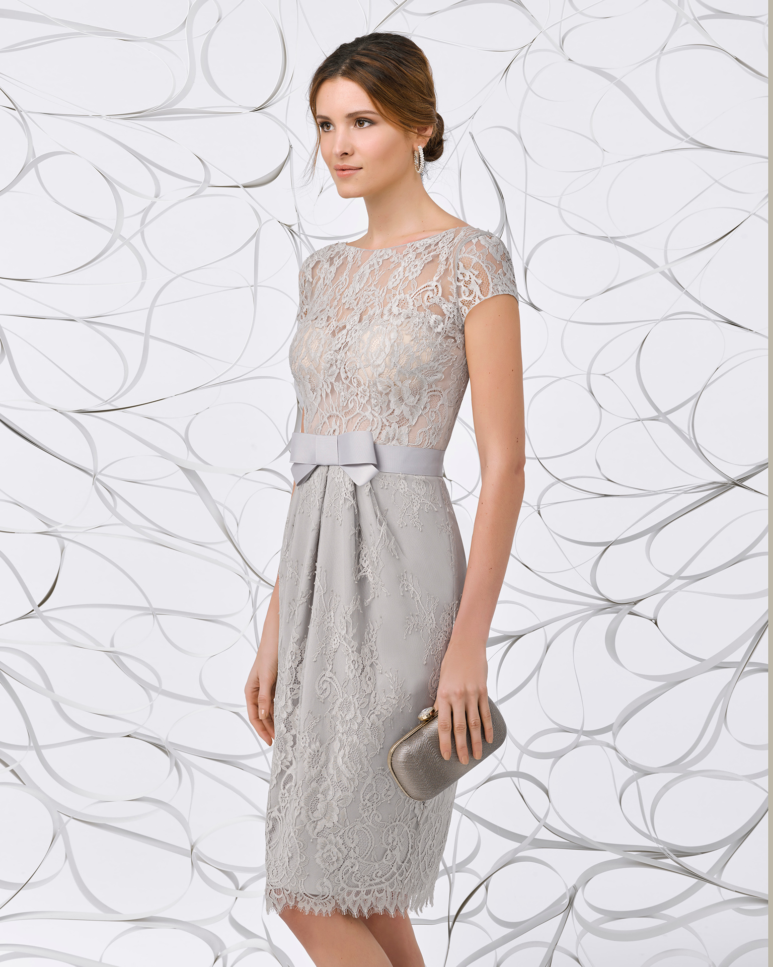 Short lace cocktail dress with jacket, V-back, short sleeves and bow on waist. Available in navy blue/nude, silver, silver/nude and coral. 2018 FIESTA AIRE BARCELONA Collection.