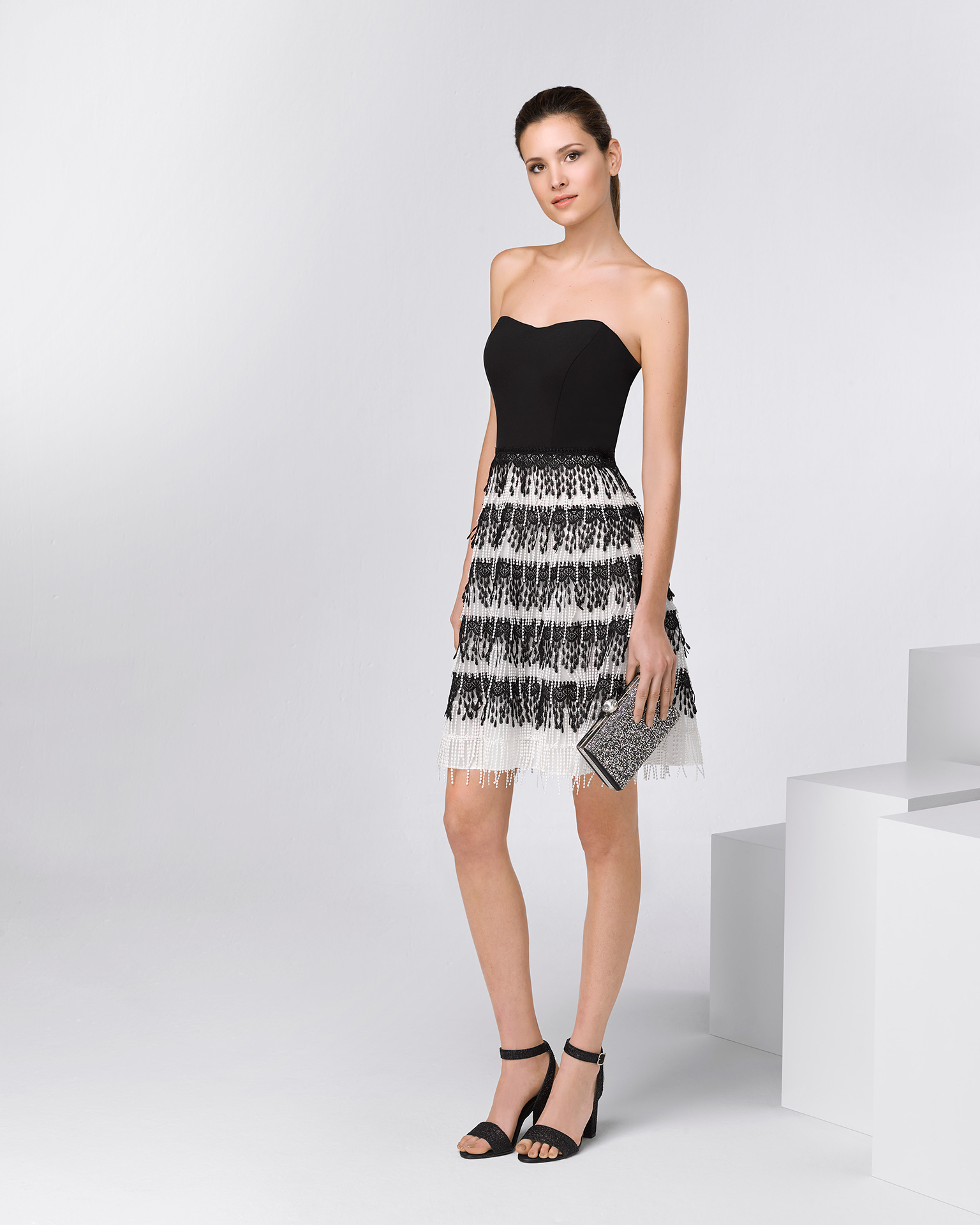 Short strapless crepe and guipure lace cocktail dress with shawl. Available in black/white. 2018 FIESTA AIRE BARCELONA Collection.