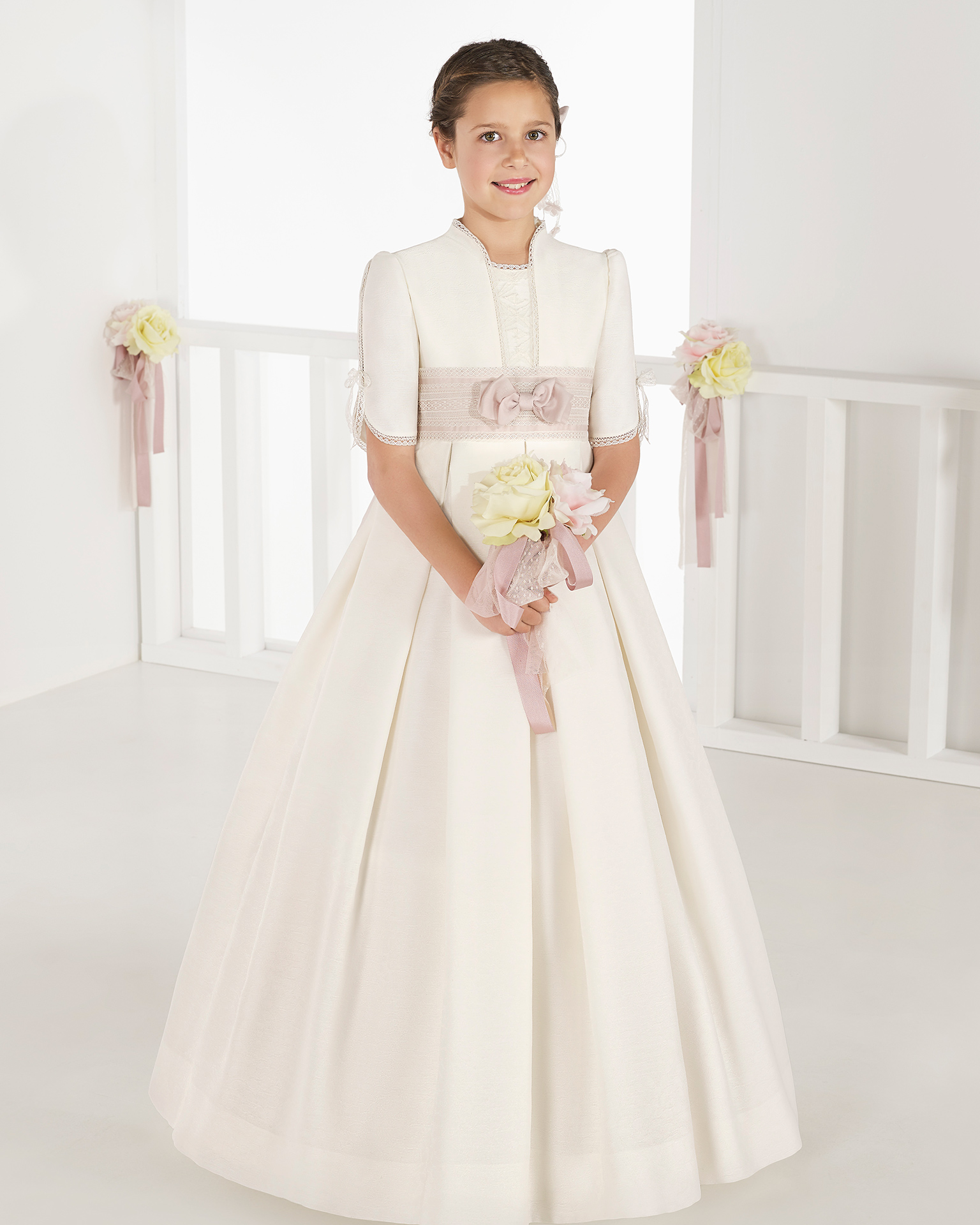 Ballgown-style brocade First Communion or bridesmaid's dress with empire waist, in ivory. 2018 AIRE COMUNION Collection.