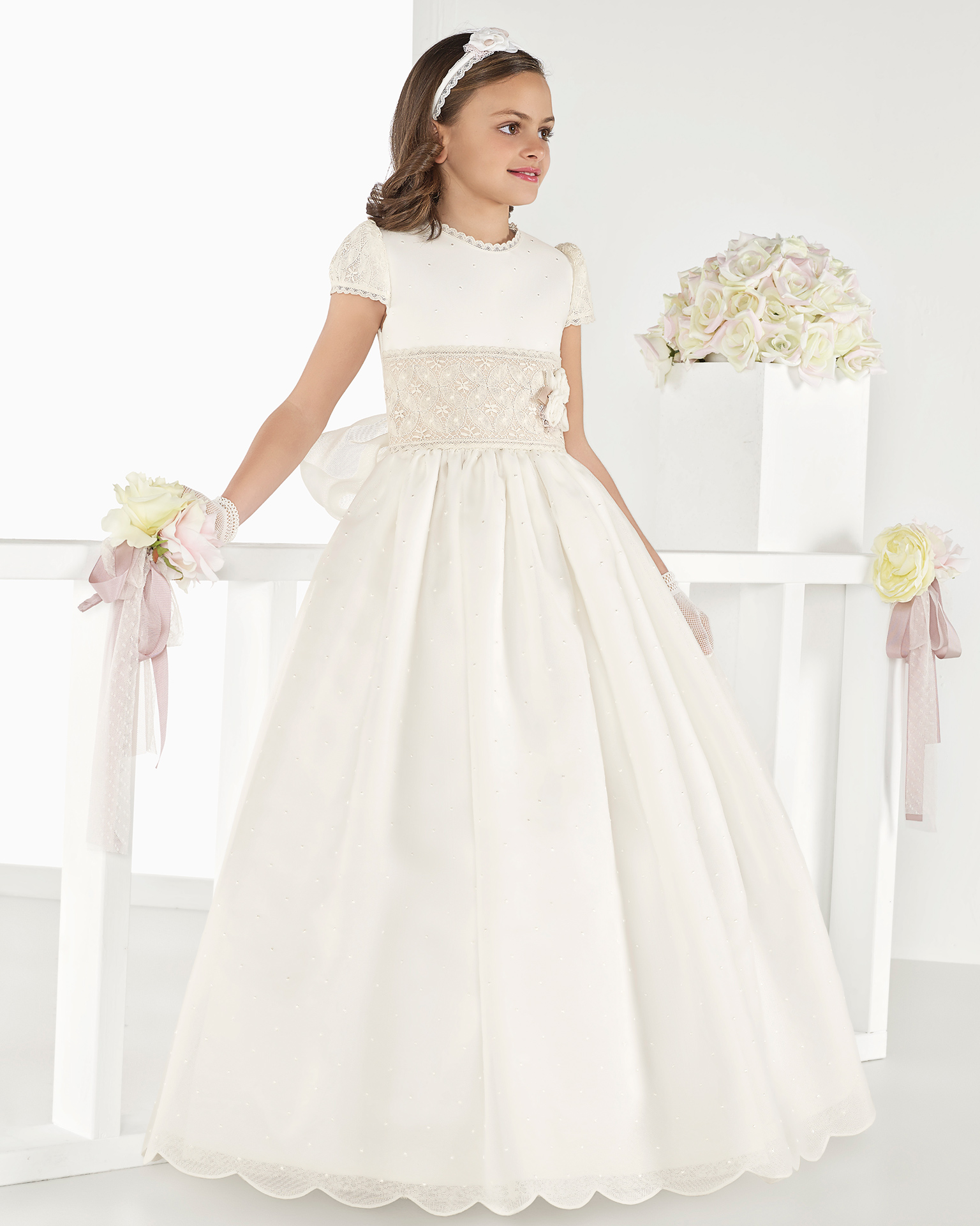 Classic basketweave First Communion dress with regular waist, in ivory. 2018 AIRE COMUNION Collection.