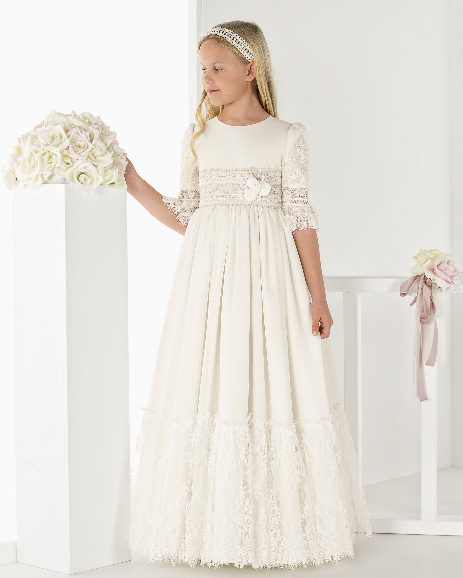 Princess-style rustic-weave First Communion or bridesmaid's dress with empire waist, in ivory. 2018 AIRE COMUNION Collection.
