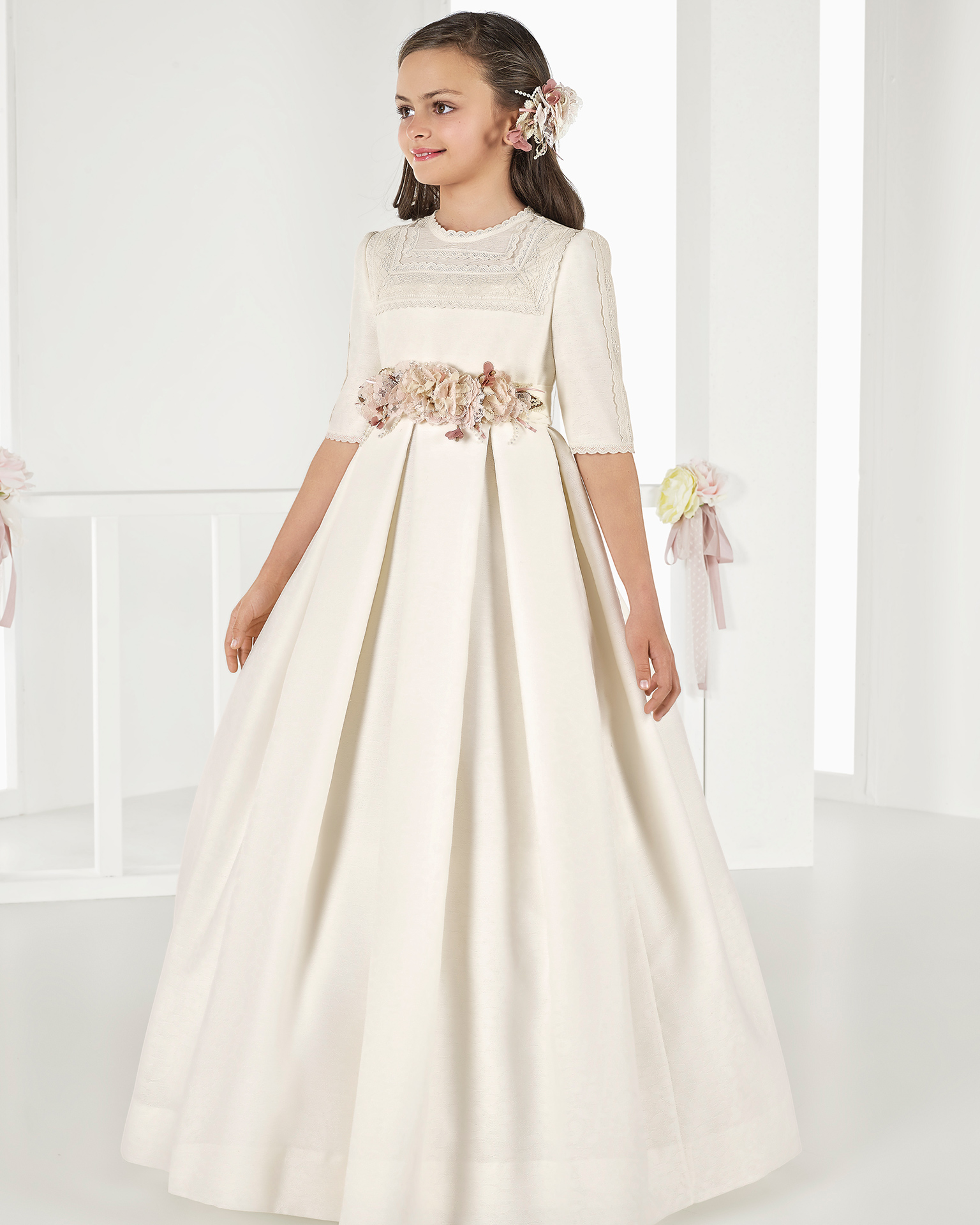 Princess-style brocade First Communion dress with empire waist, in ivory. 2018 AIRE COMUNION Collection.