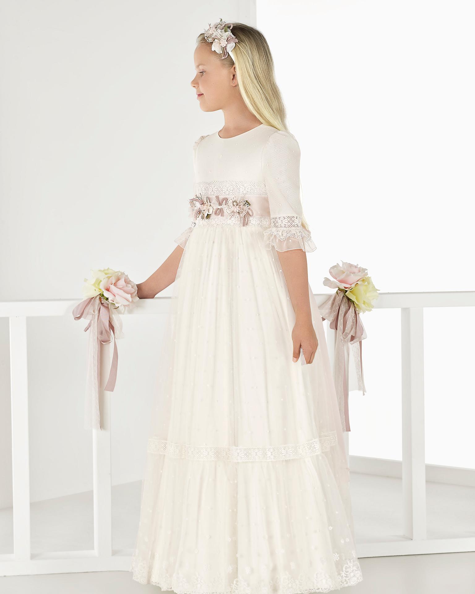 Rochie stil prințesă pentru comuniune din tul brodat, cu talie imperială, de culoare ivorie. Colecția AIRE COMUNION 2018.