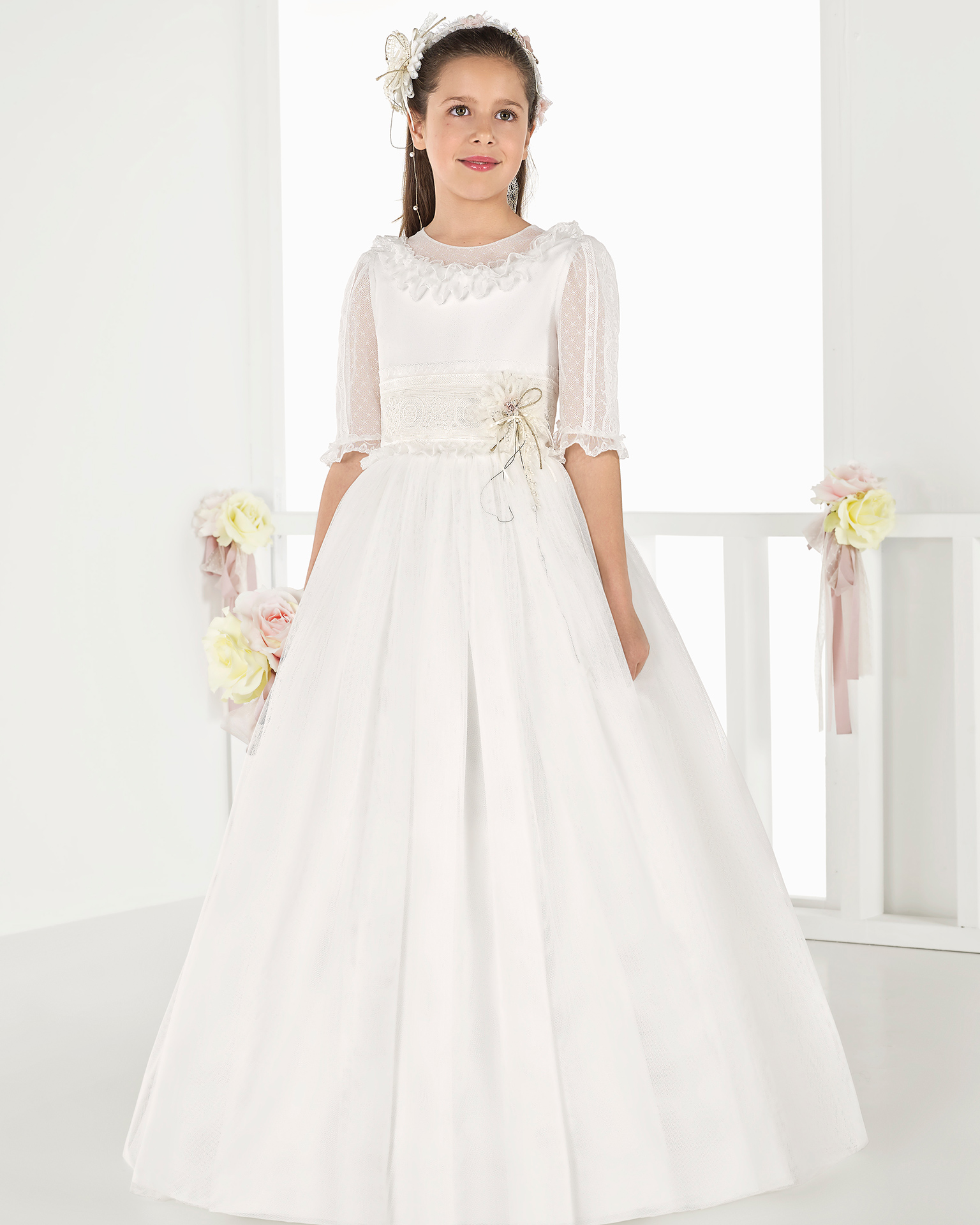 Ballgown-style tulle First Communion or bridesmaid's dress with regular waist, in natural. 2018 AIRE COMUNION Collection.