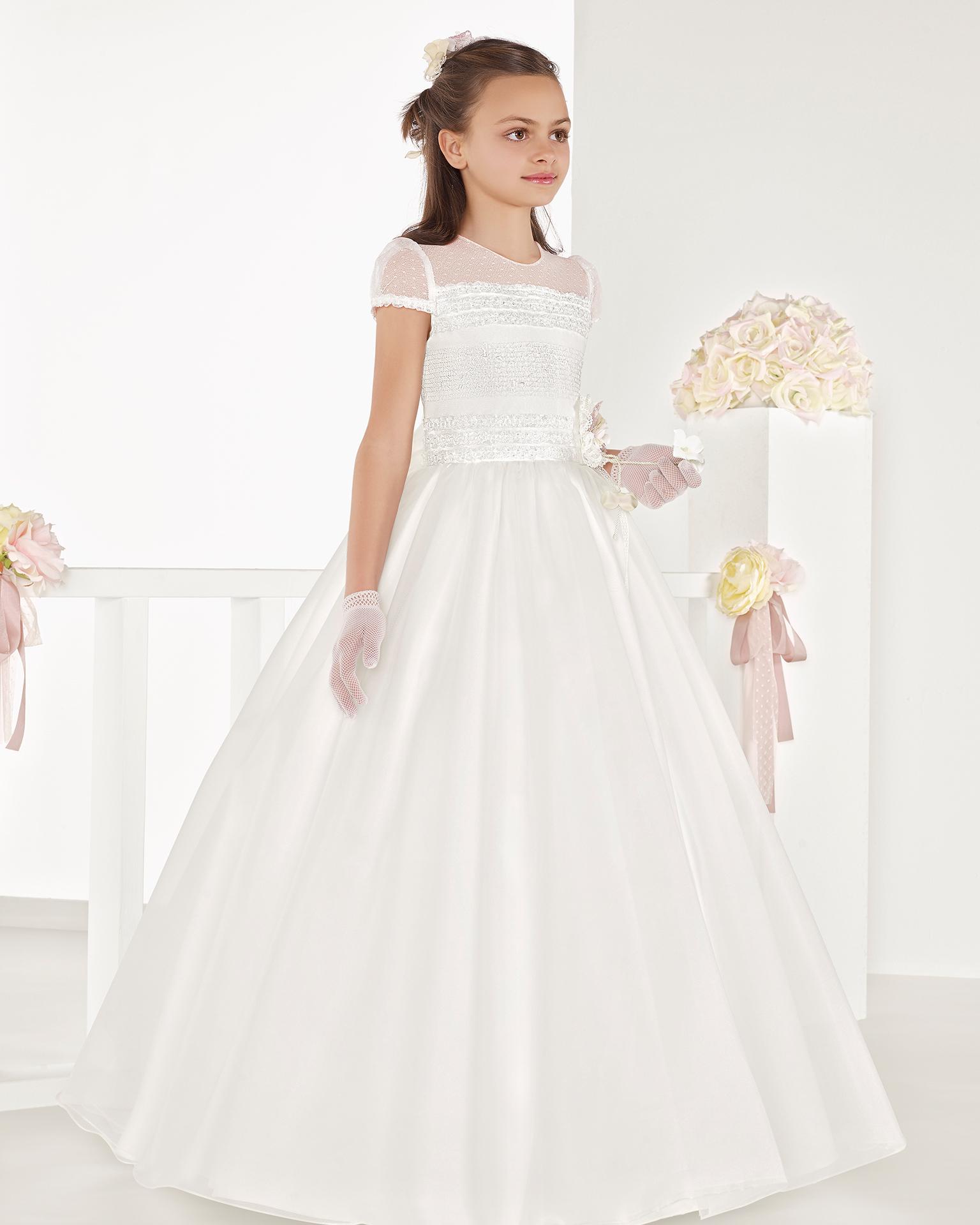 米白色大摆式亚光欧根纱初次圣礼裙或伴娘礼服,采用中腰设计。 AIRE COMUNION 新品系列 2018.