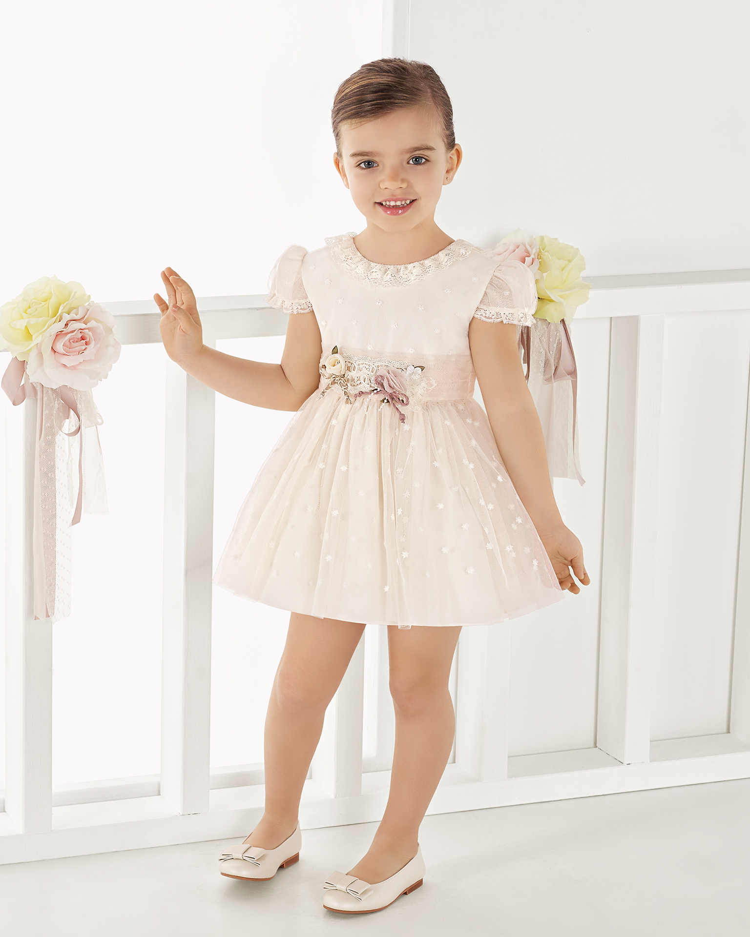 Princess-style embroidered tulle First Communion or bridesmaid's dress, in ivory/salmon or ivory. 2018 AIRE COMUNION Collection.