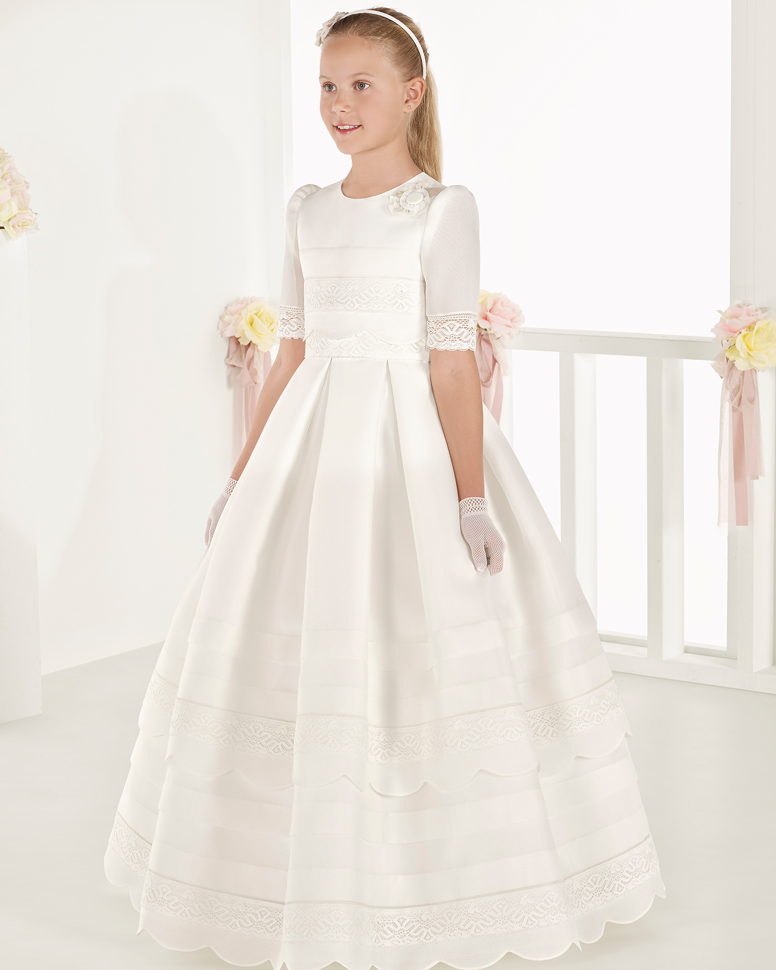 象牙色经典款篮式编织初次圣礼裙,采用中腰和细褶设计。 AIRE COMUNION 新品系列 2018.