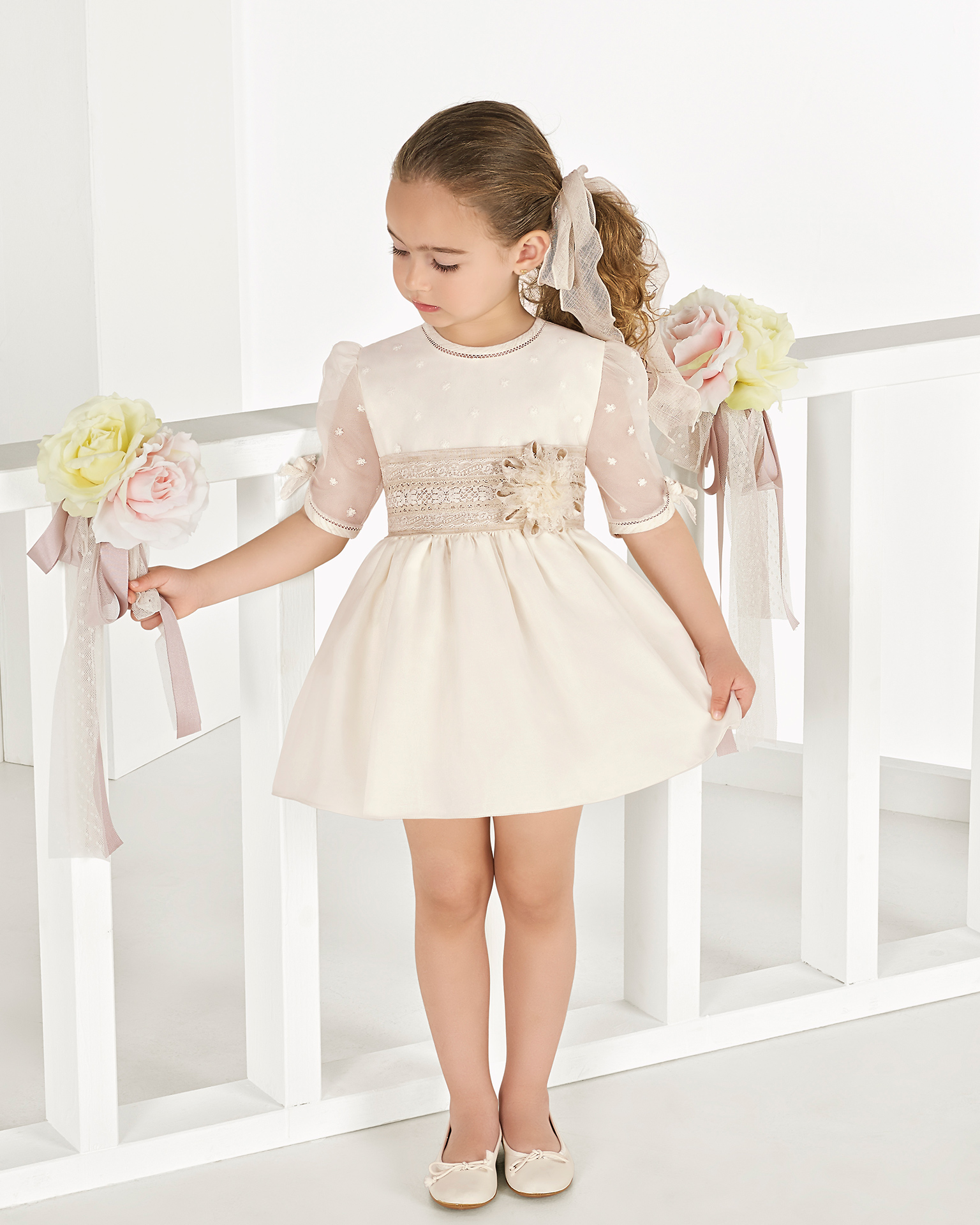 Ballgown-style matt organza First Communion or bridesmaid's dress, in ivory. 2018 AIRE COMUNION Collection.