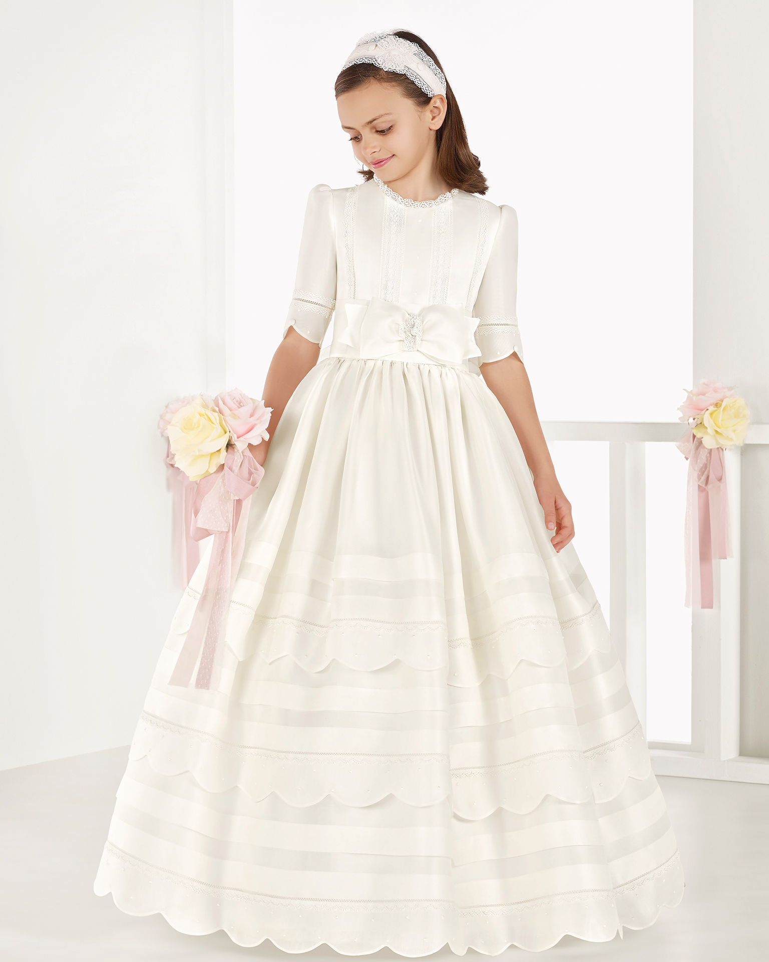 Classic Italian gazar First Communion dress with regular waist and pin tucks, in ivory. 2018 AIRE COMUNION Collection.