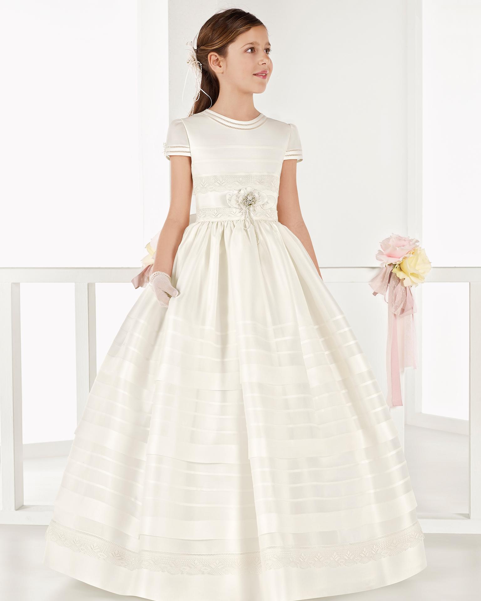 象牙色经典款意大利加扎尔初次圣礼裙,采用中腰和细褶设计。 AIRE COMUNION 新品系列 2018.