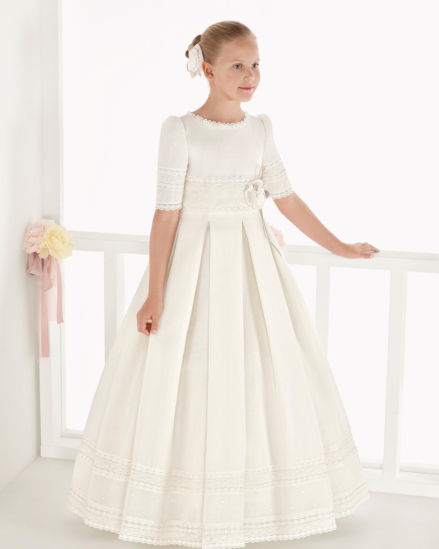 象牙色经典款篮式编织元素初次圣礼裙,采用高腰设计。 AIRE COMUNION 新品系列 2018.