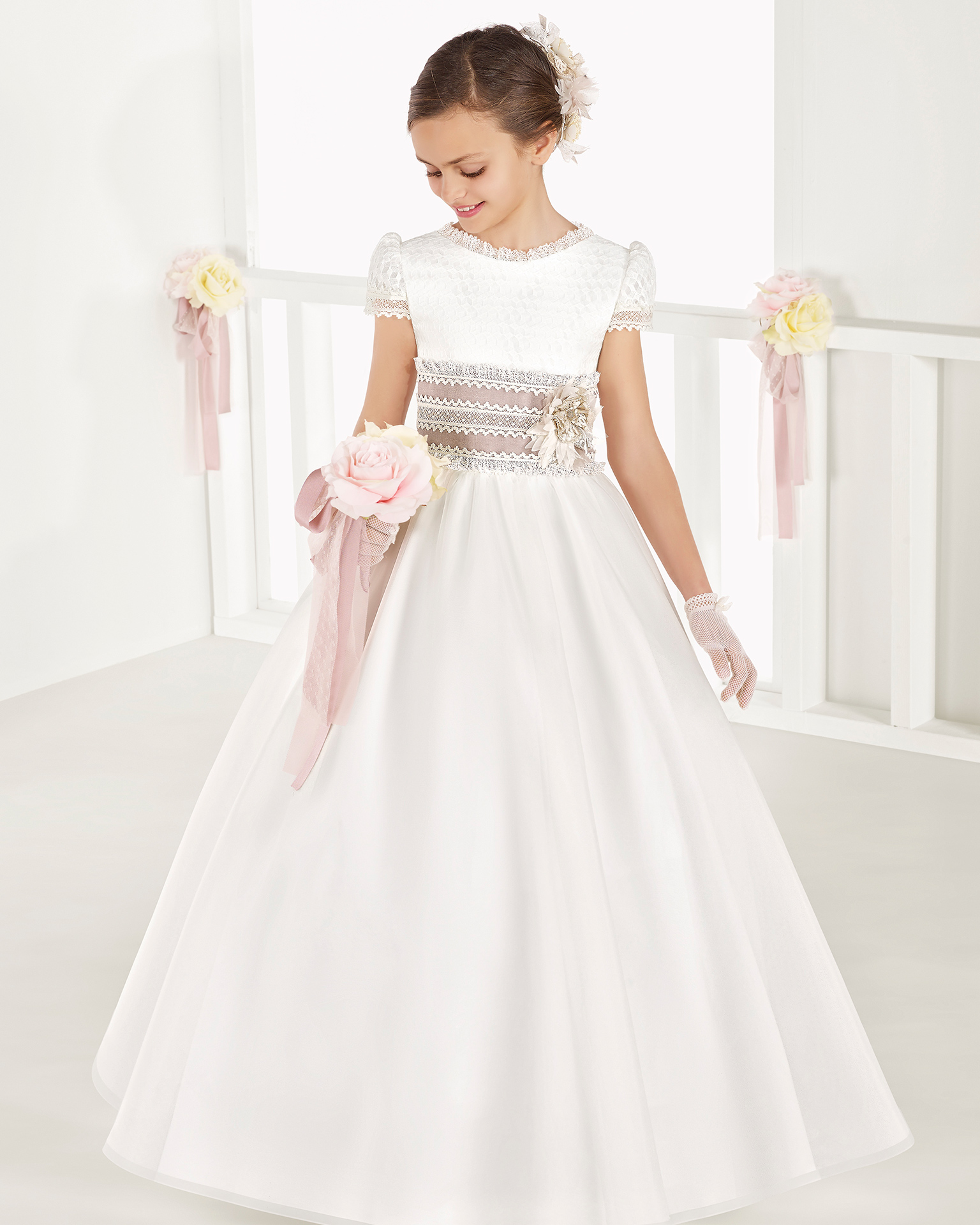Ballgown-style organza First Communion dress with regular waist, in ivory. 2018 AIRE COMUNION Collection.