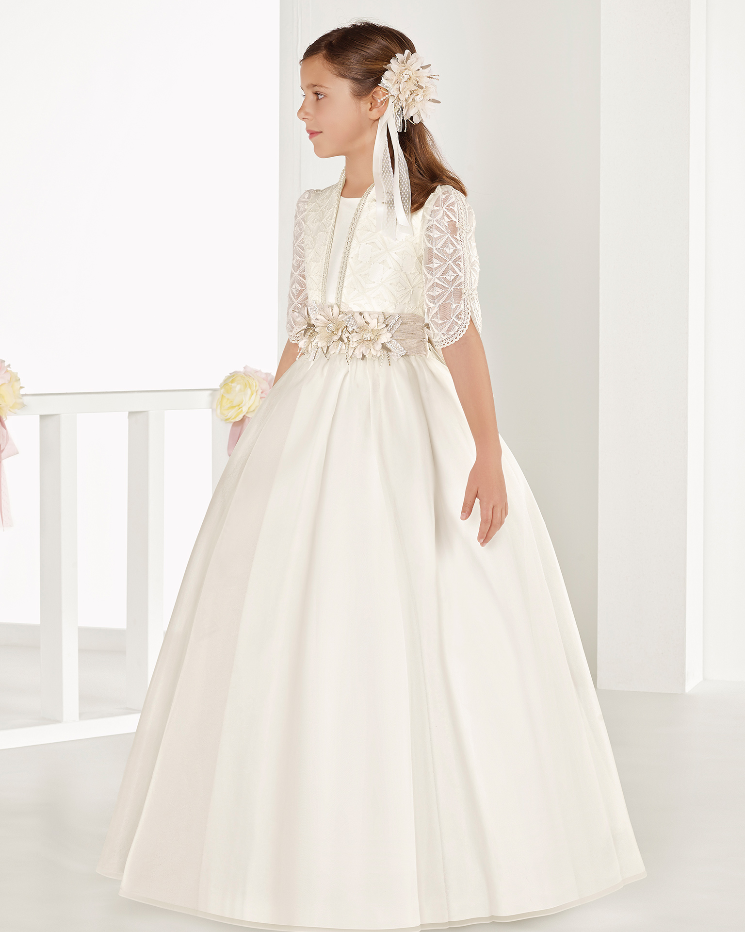 Ballgown-style organza First Communion or bridesmaid's dress with regular waist, in ivory. 2018 AIRE COMUNION Collection.
