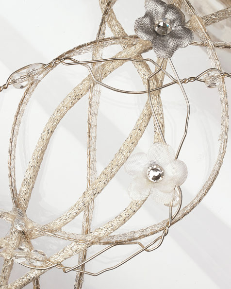 Covered wire headpiece with flower detail, in silver. 2018 AIRE BARCELONA Collection.