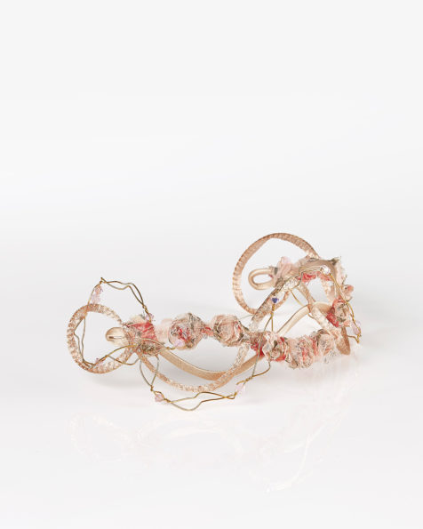 Covered wire headpiece with flower and bead detail, in pink. 2018 AIRE BARCELONA Collection.