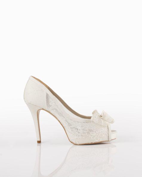 Pantofi de mireasă din dantelă, cu toc de 90 mm, de culoare ecru. Colecția AIRE BARCELONA 2018.