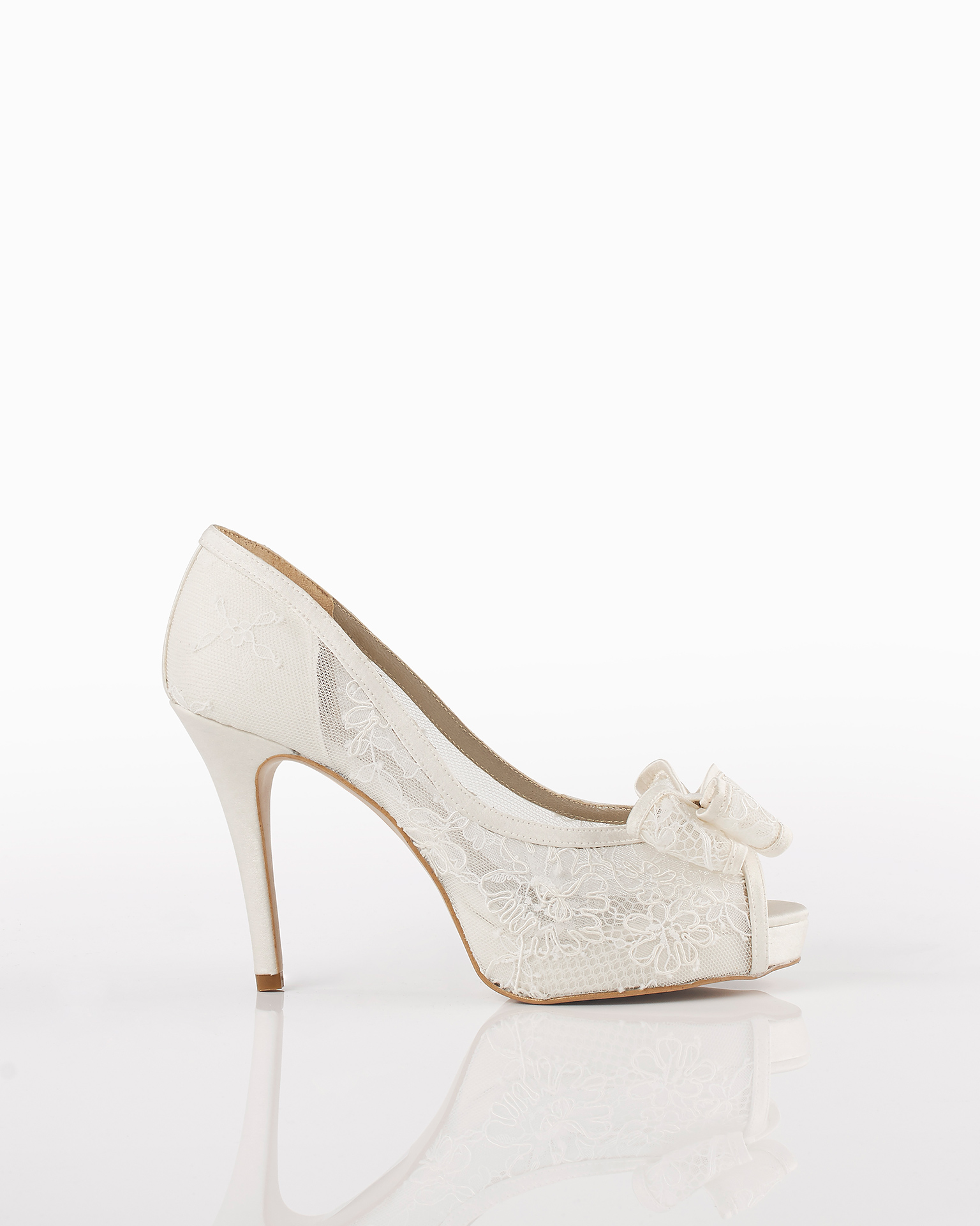 Lace wedding shoes with 90-mm heel, in natural. 2018 AIRE BARCELONA Collection.