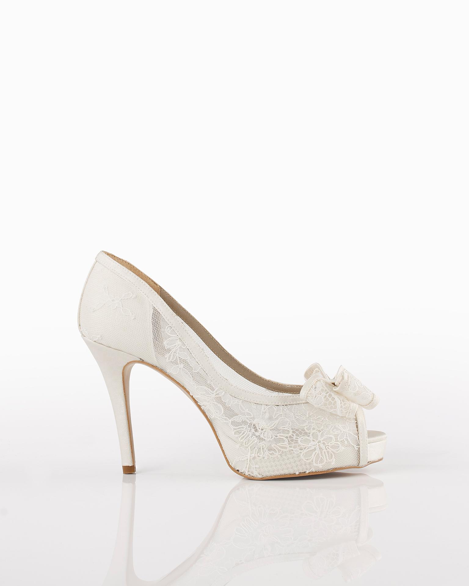 Sapato de renda noiva com salto de 90 mm, em cor natural. Coleção AIRE BARCELONA 2018.