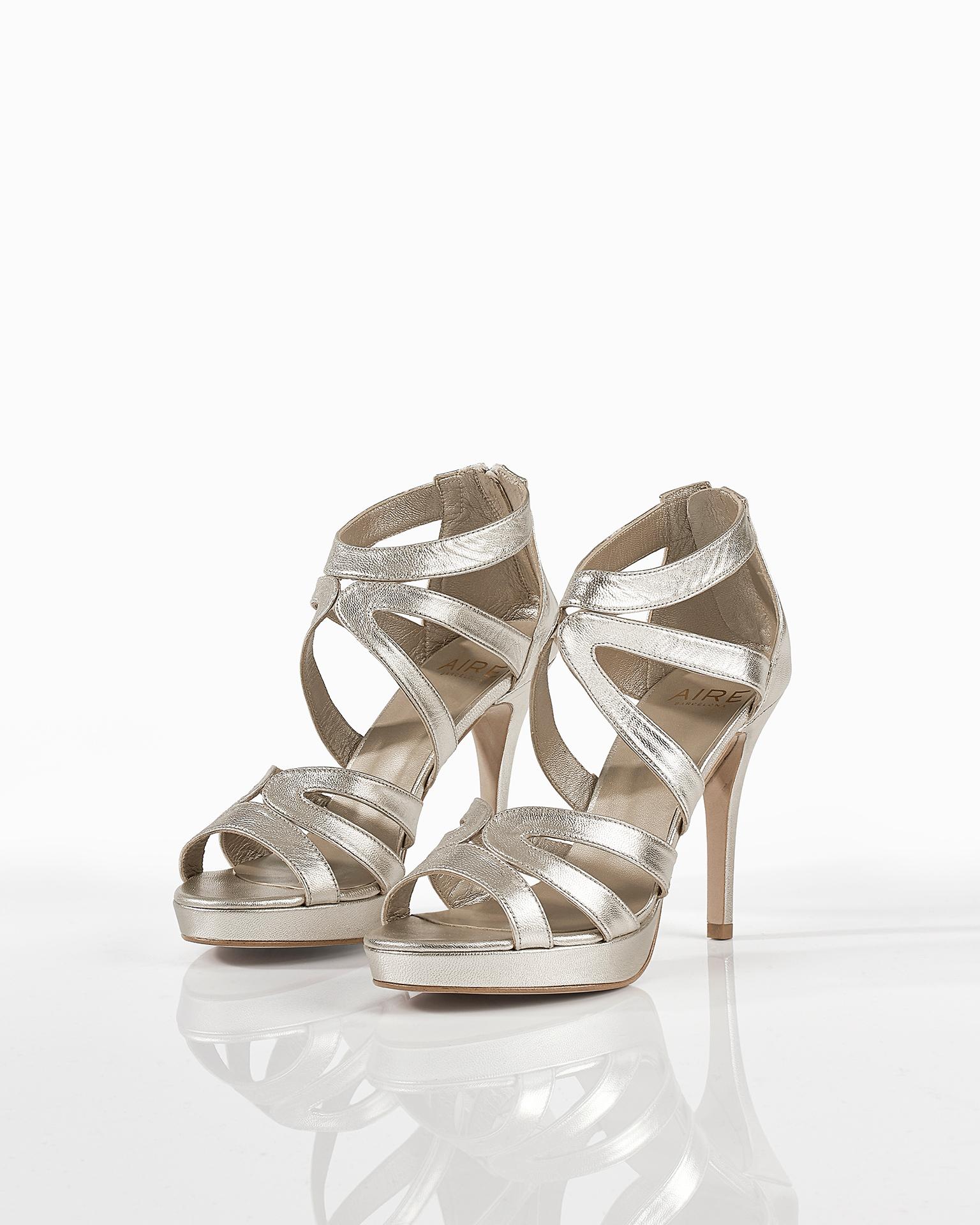 Sandalette aus Leder, Absatz 90 mm. Erhältlich in den Farben Gold und Dune. Kollektion FIESTA AIRE BARCELONA 2018.