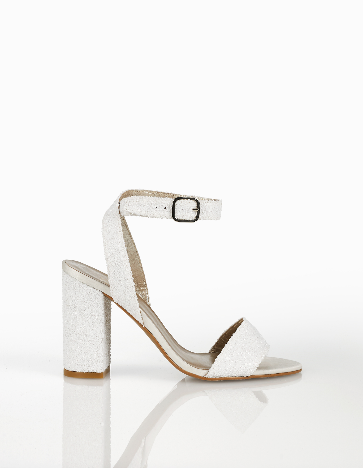 Glitter bridal sandals with mid heel, available in white and silver. 2018 AIRE BARCELONA Collection.