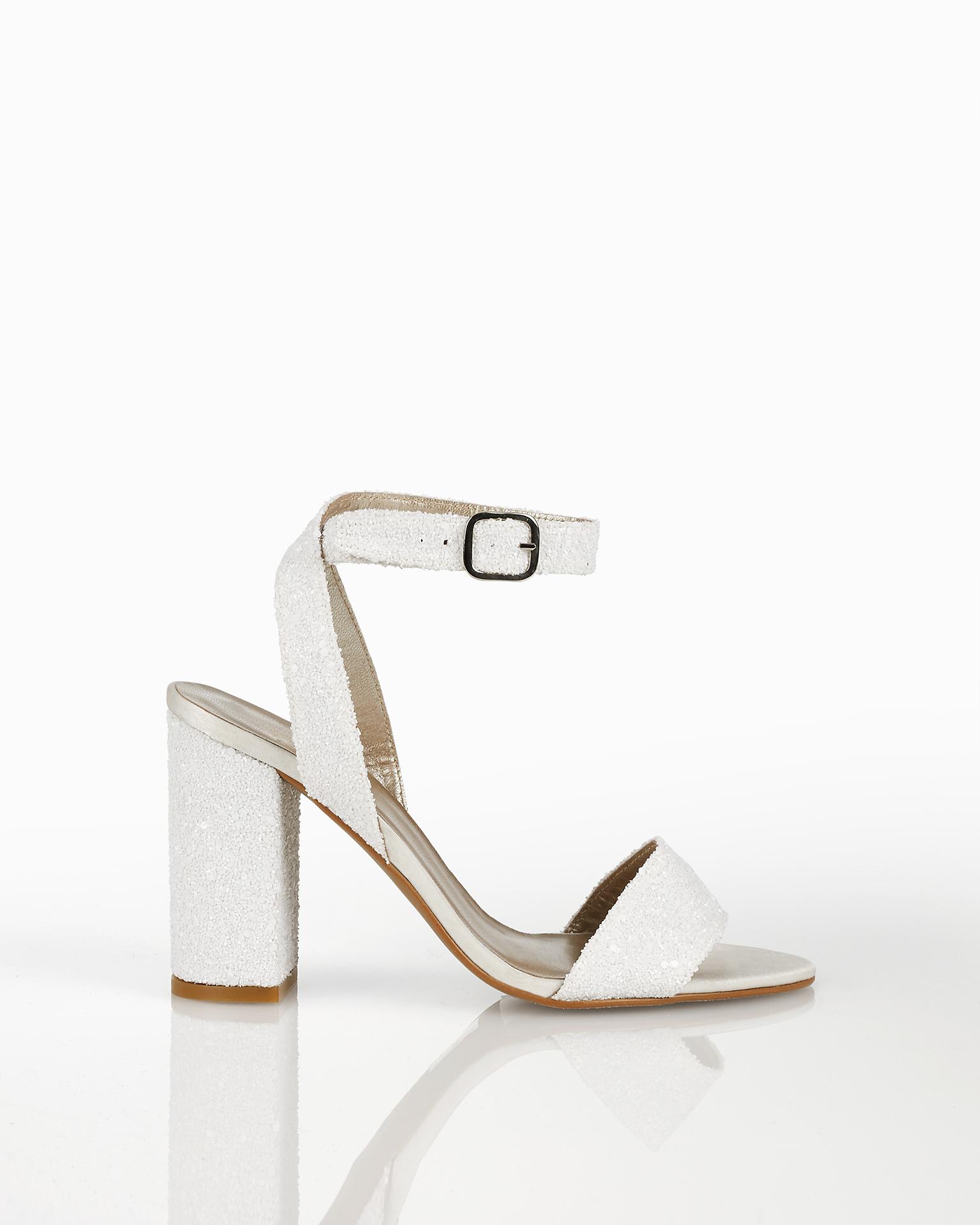Sandali da sposa con brillantini con tacco medio, disponibili in colore bianco e argento. Collezione AIRE BARCELONA 2018.