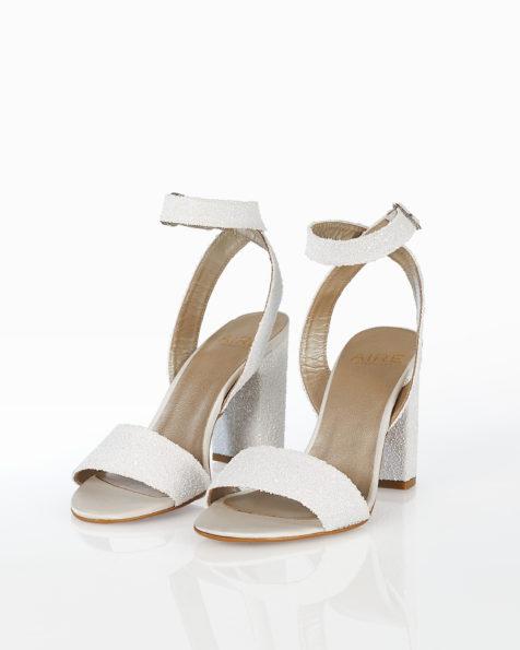 Sandale de mireasă din glitter cu toc mediu, disponibile în culorile alb și argintiu. Colecția AIRE BARCELONA 2018.