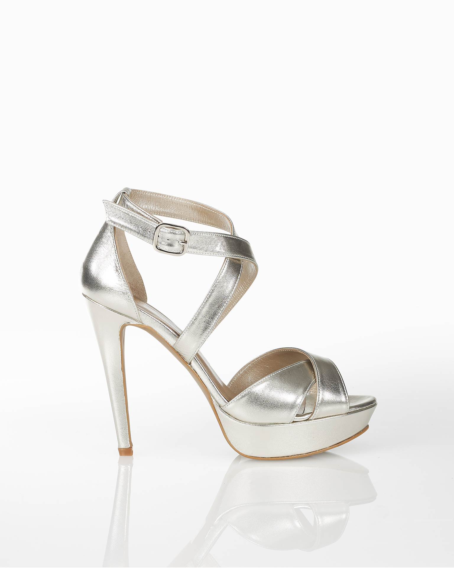 Sandálias de noiva de pele, com plataforma, salto alto e calcanhar coberto, disponíveis em cor natural, nude, dourado e prateado. Coleção AIRE BARCELONA 2018.