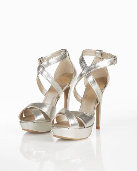 Sandales de mariée en cuir, avec plate-forme, talon haut et fermées à l'arrière, disponible en couleur naturelle, nude, or et argent. Collection AIRE BARCELONA 2018.