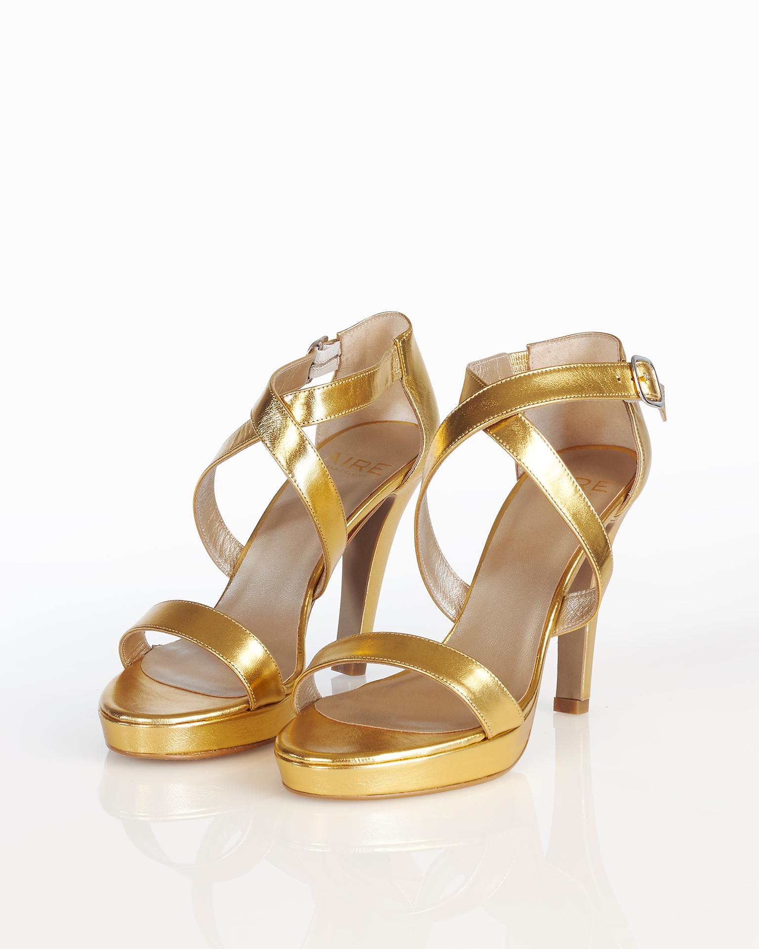 Sandalia de novia en piel, con plataforma, tacón alto y talón cubierto, disponible en color natural, nude, oro y plata. Colección AIRE BARCELONA 2018.