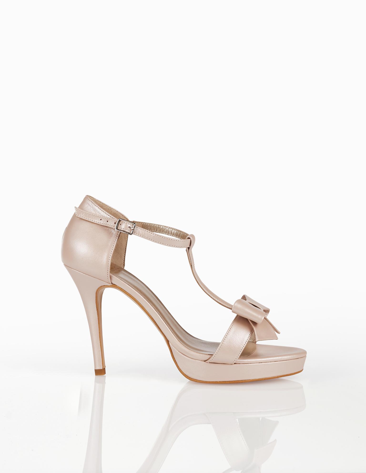 Sandálias de noiva de pele, com plataforma, salto alto, calcanhar coberto e adorno de laço, disponíveis em cor natural, nude, dourado e prateado. Coleção AIRE BARCELONA 2018.