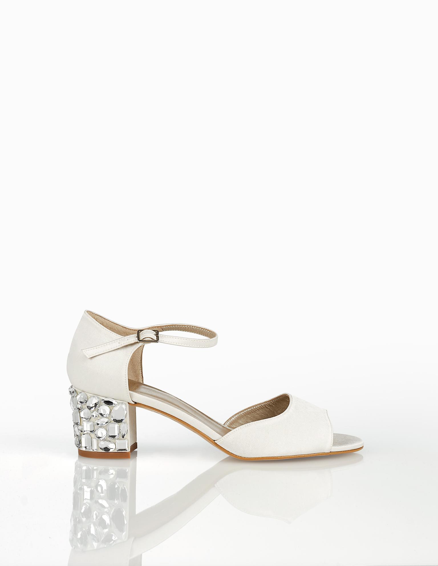 Sandálias de noiva de cetim, com salto baixo de brilhantes. Coleção AIRE BARCELONA 2018.