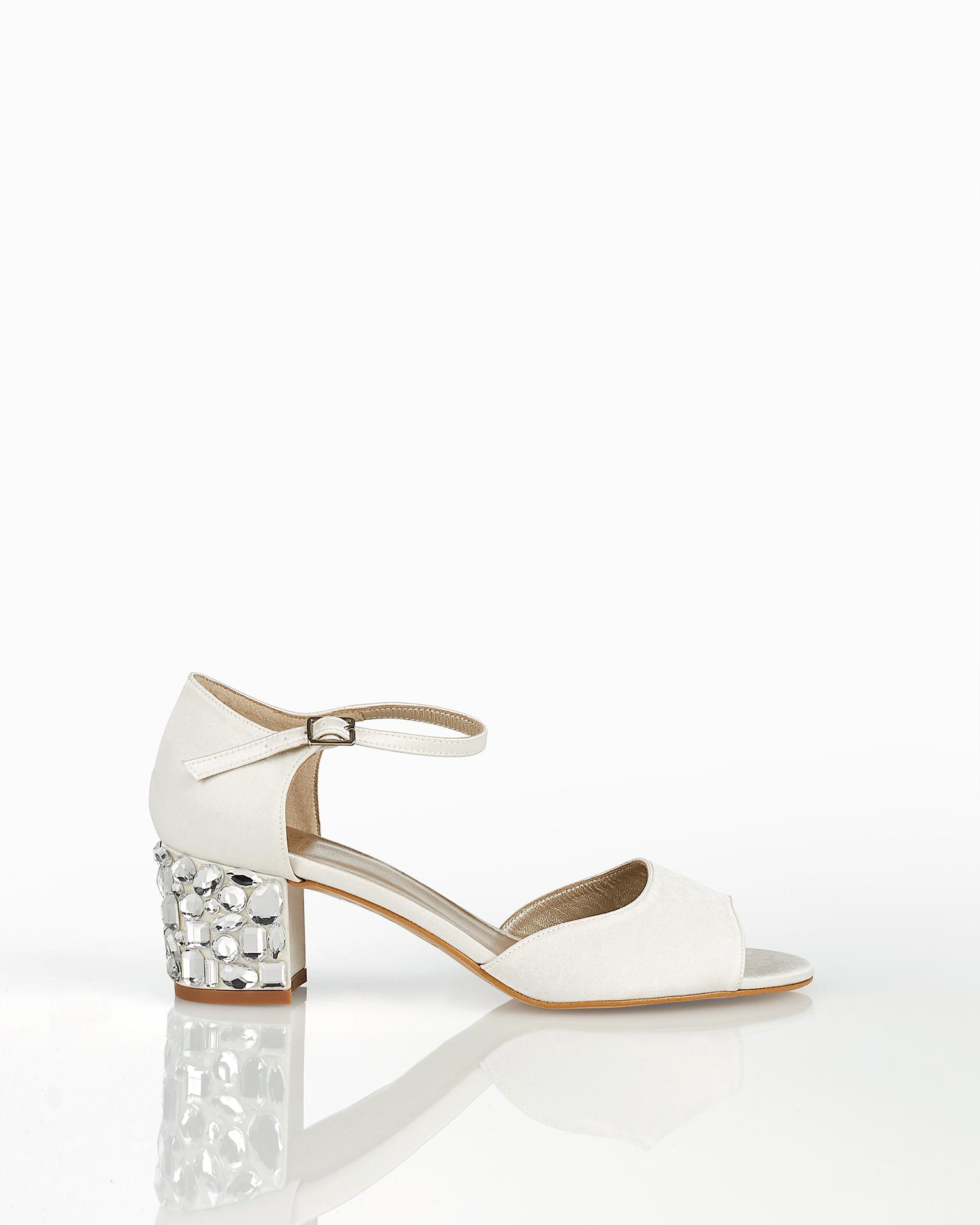 Sandali da sposa in raso, con tacco basso di strass. Collezione AIRE BARCELONA 2018.