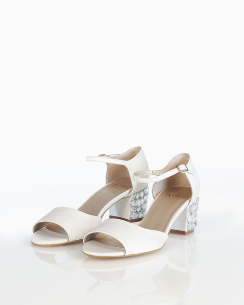 Sandale de mireasă din satin, cu toc jos din strasuri. Colecția AIRE BARCELONA 2018.