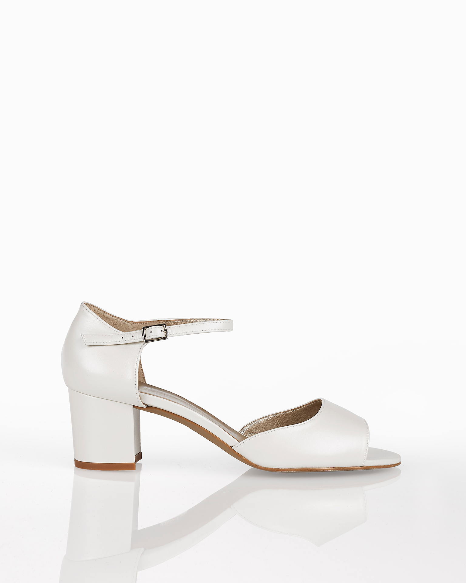 Leather bridal sandals with closed low heel, available in natural, nude, gold and silver. 2018 AIRE BARCELONA Collection.