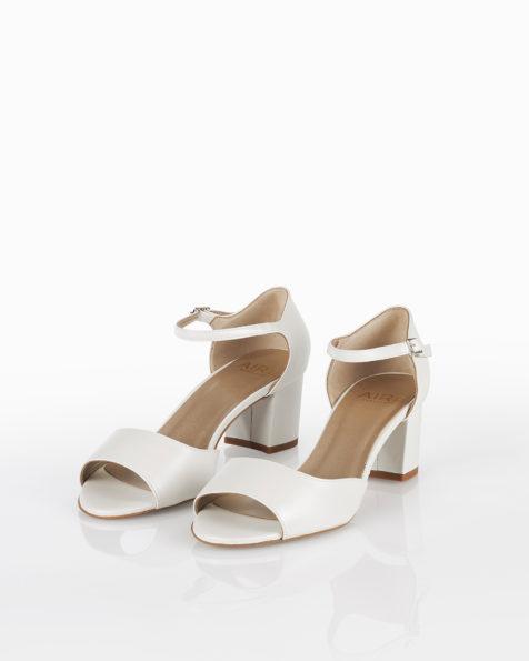 Sandales de mariée en cuir avec talon bas et fermées à l'arrière, disponible en couleur naturelle, nude, or et argent. Collection AIRE BARCELONA 2018.