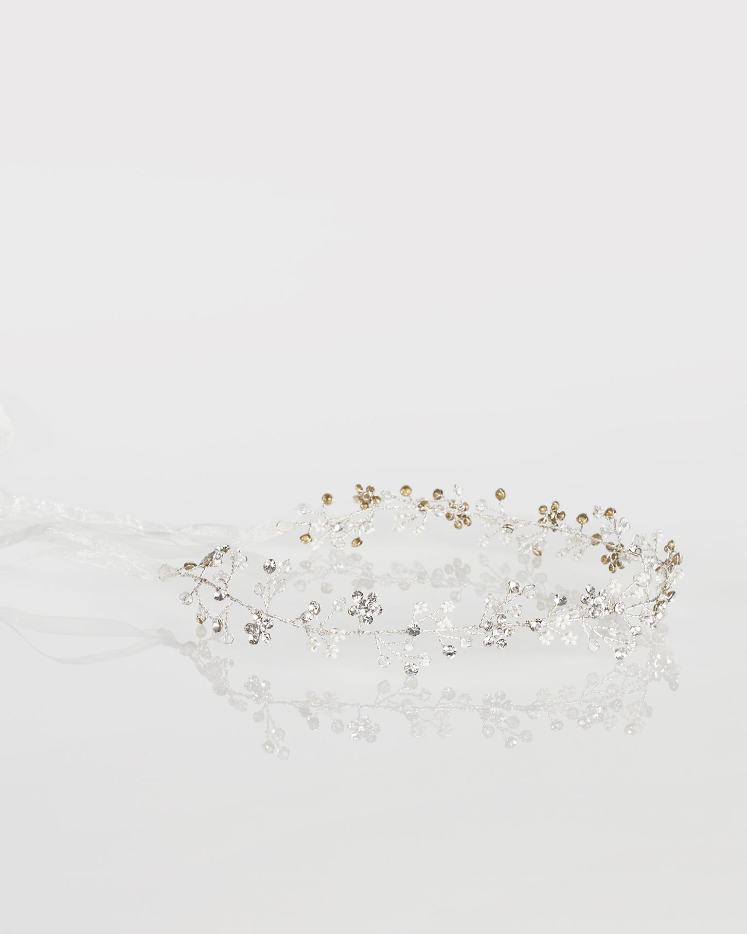 Diademă de mireasă din fibre metalice și cristal, cu fundă din organza, de culoare argintie. Colecția  2018.